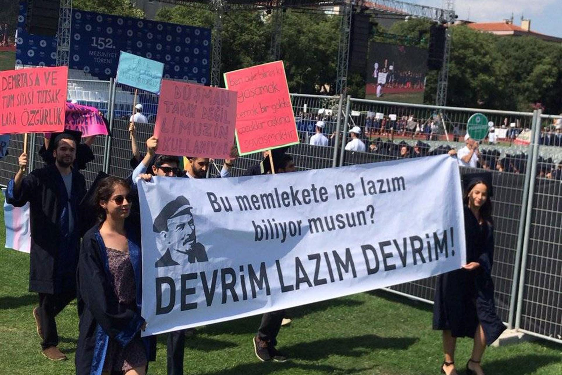 Boğaziçi Üniversitesi mezuniyetinde öğrenciler rektörü protesto etti