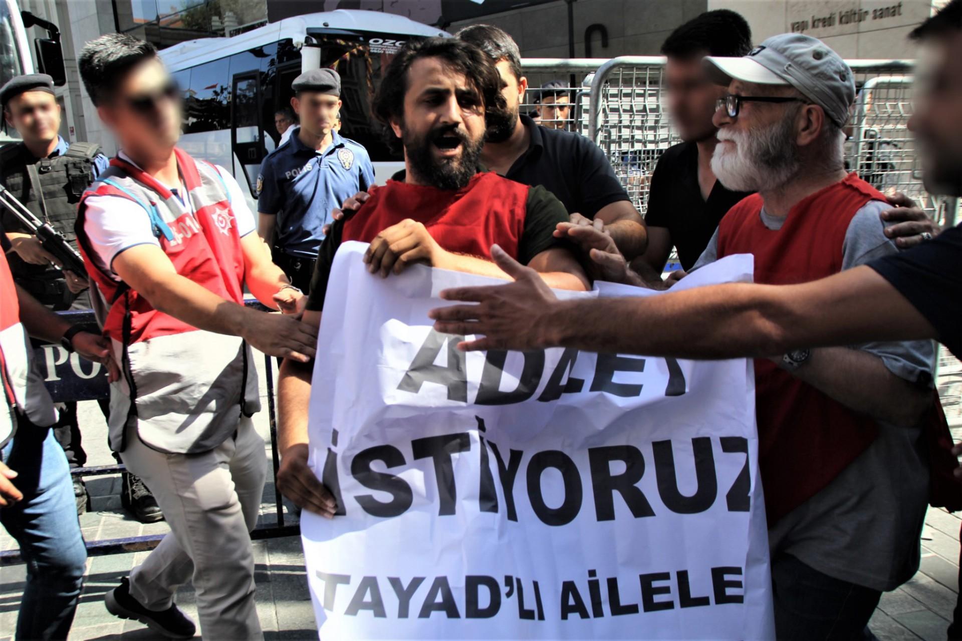TAYAD'lı Aileler'den Galatasaray Meydanı'nda eylem: 2 gözaltı