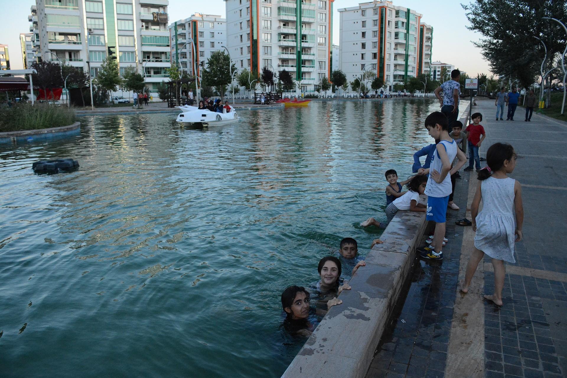 Diyarbakır sıcağında tatile gidemeyenler: Biz de isteriz şezlonga uzanmayı