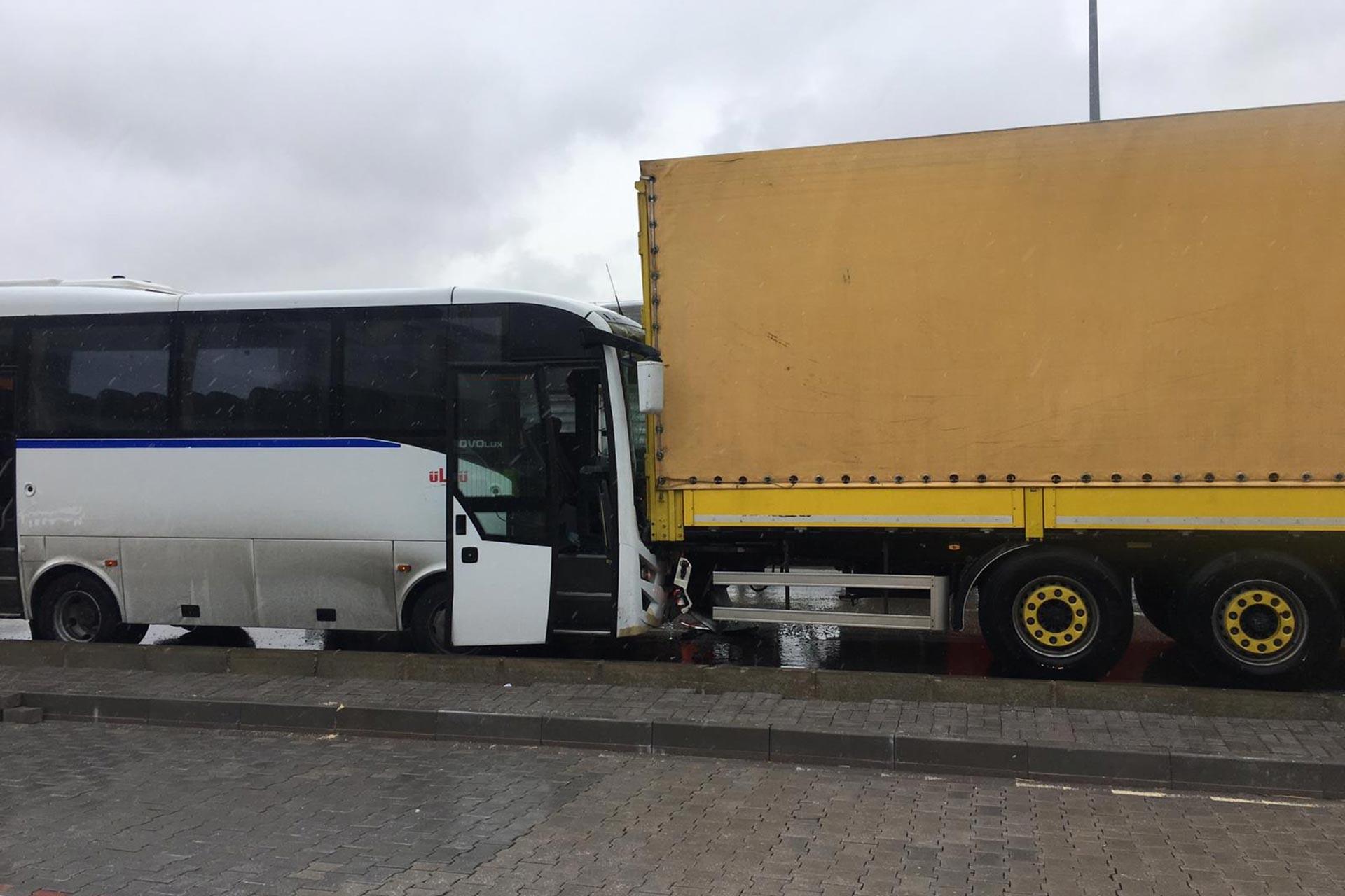 Bandırma'da işçileri taşıyan midibüsle tır çarpıştı: 18 işçi yaralandı