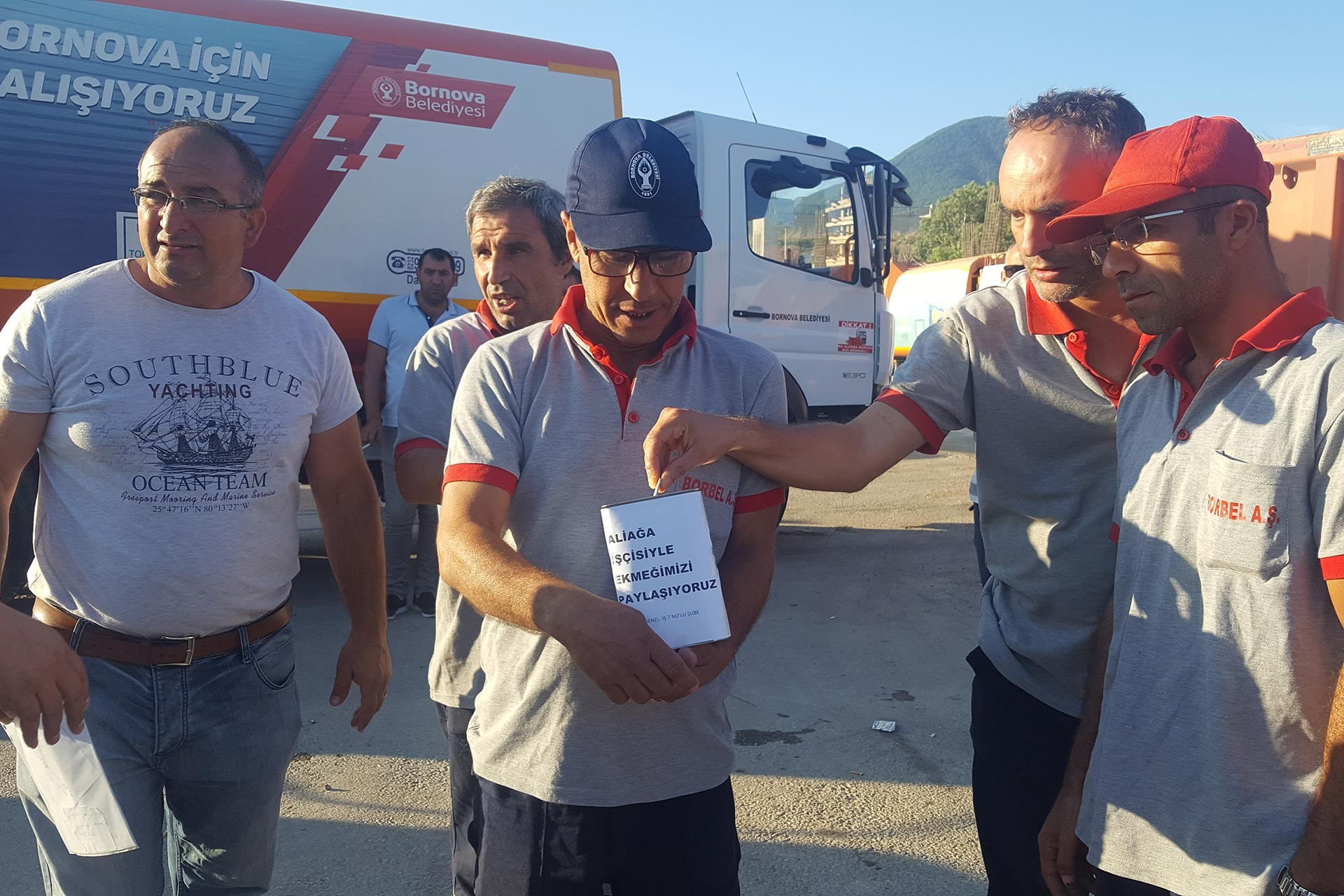 Bornova Belediyesi temizlik işçileri, Aliağa Belediyesinden atılan işçilerle dayanışma için şantiyeye kumbara koydu