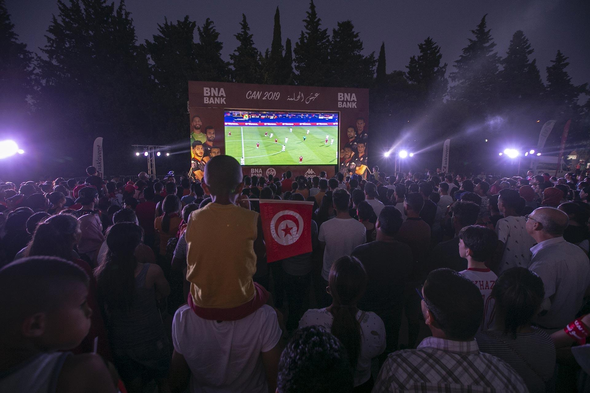 Tunuslu futbolseverler, Madagaskar maçını kurulan dev ekranda izledi