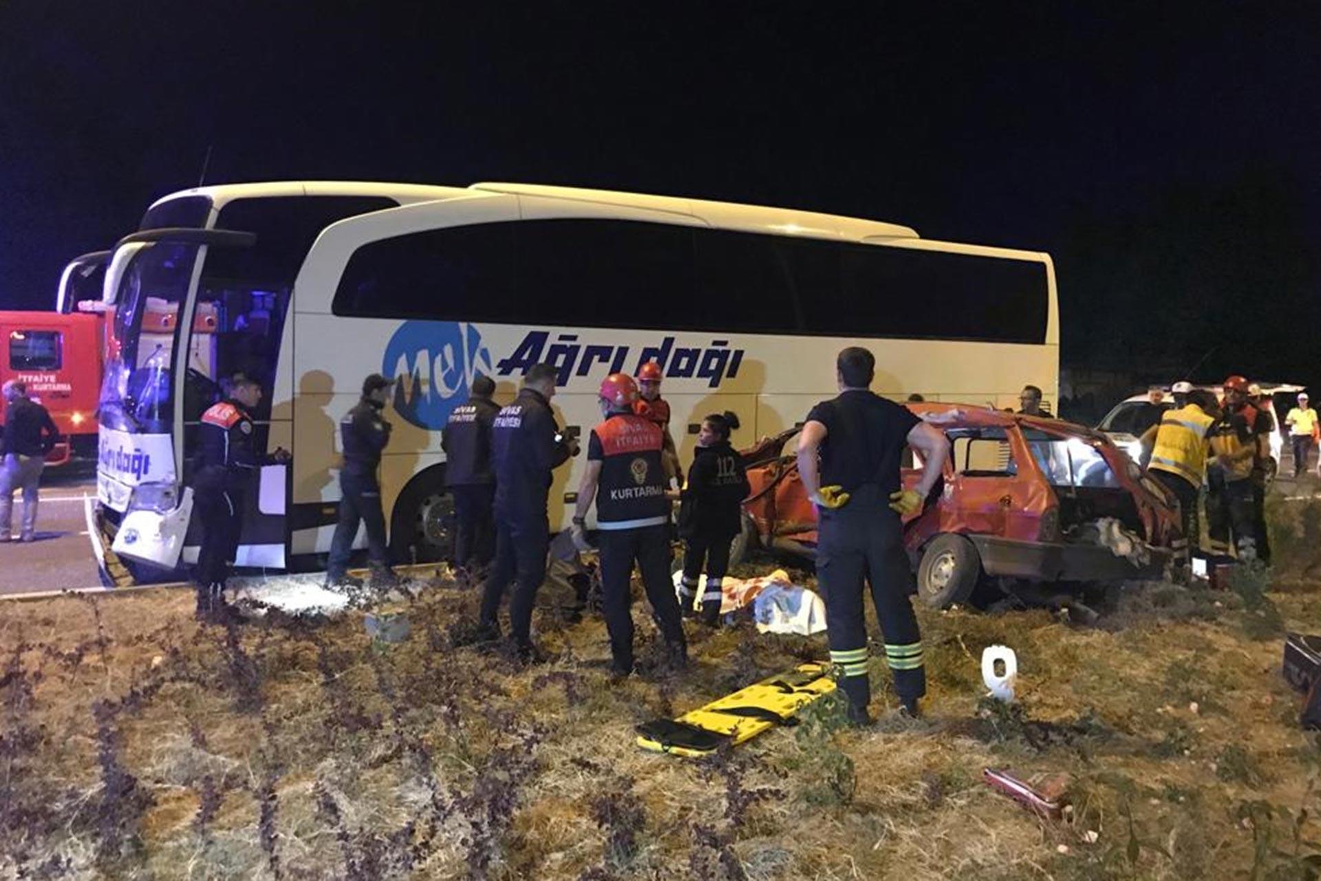 Sivas'ta yolcu otobüsü ile otomobil çarpıştı, 3 kişi hayatını kaybetti