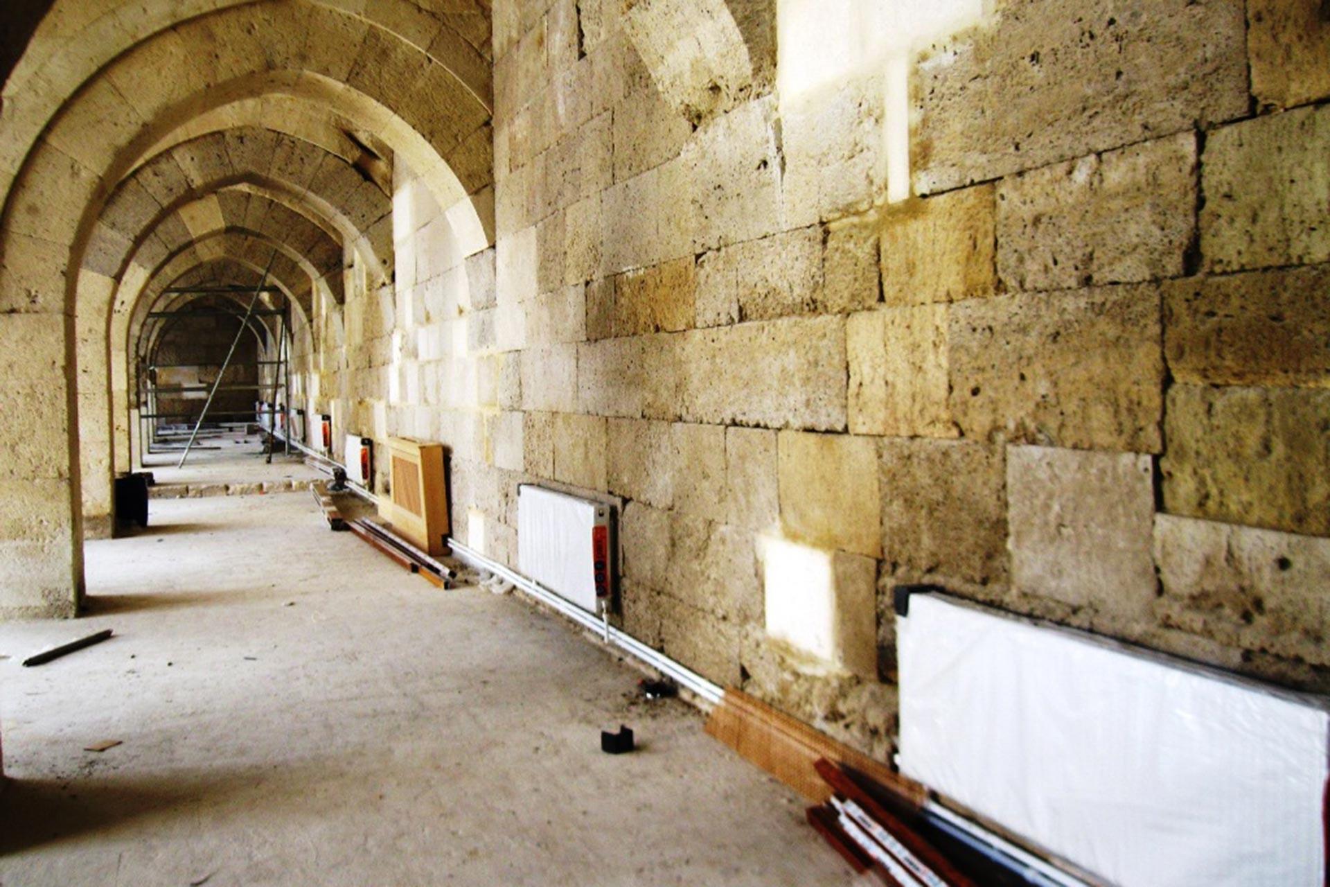 800 yıllık Sultanhanı Kervansarayı'na kalorifer döşeyip klozet koydular