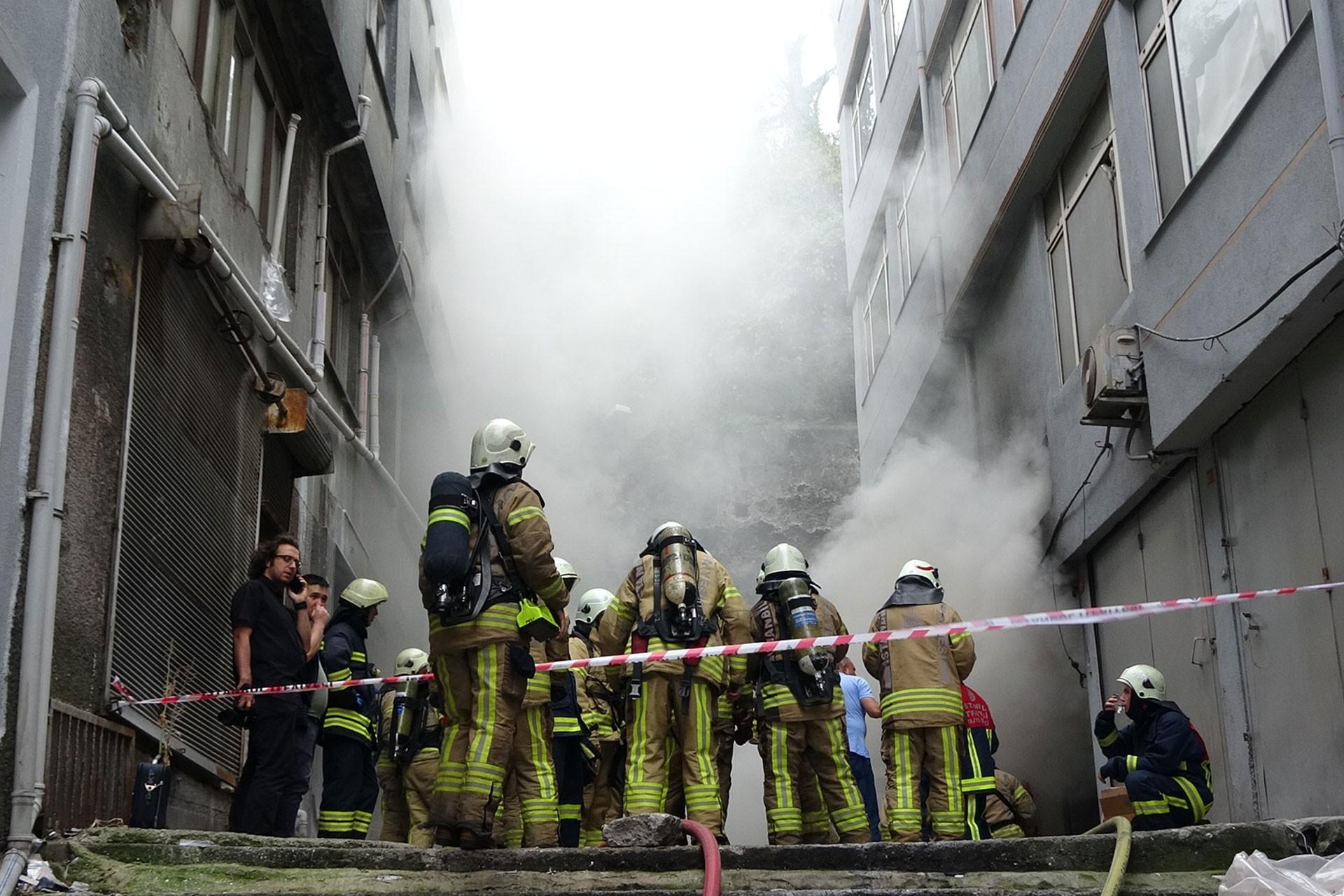 Fatih'te işyeri yangını: 1 kişi yaralandı