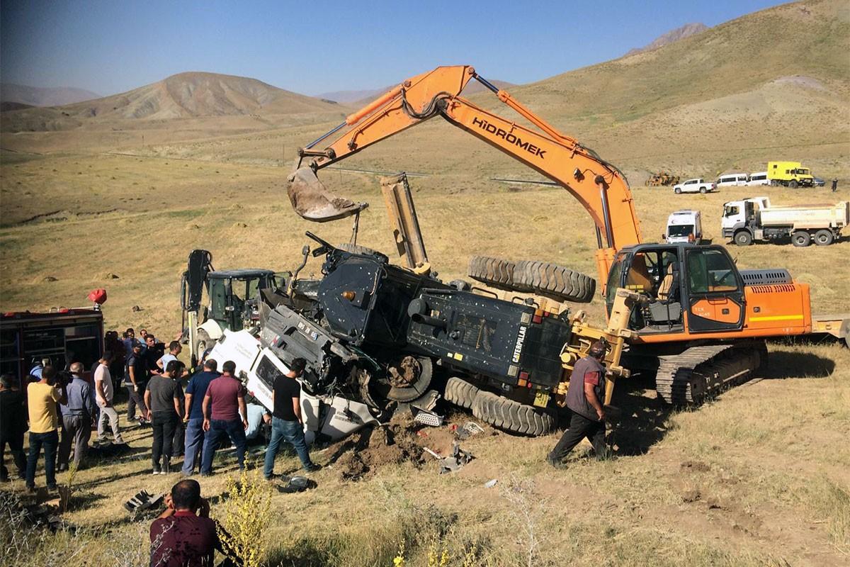 İş makinesini taşıyan tır devrildi: 4 işçi yaralandı