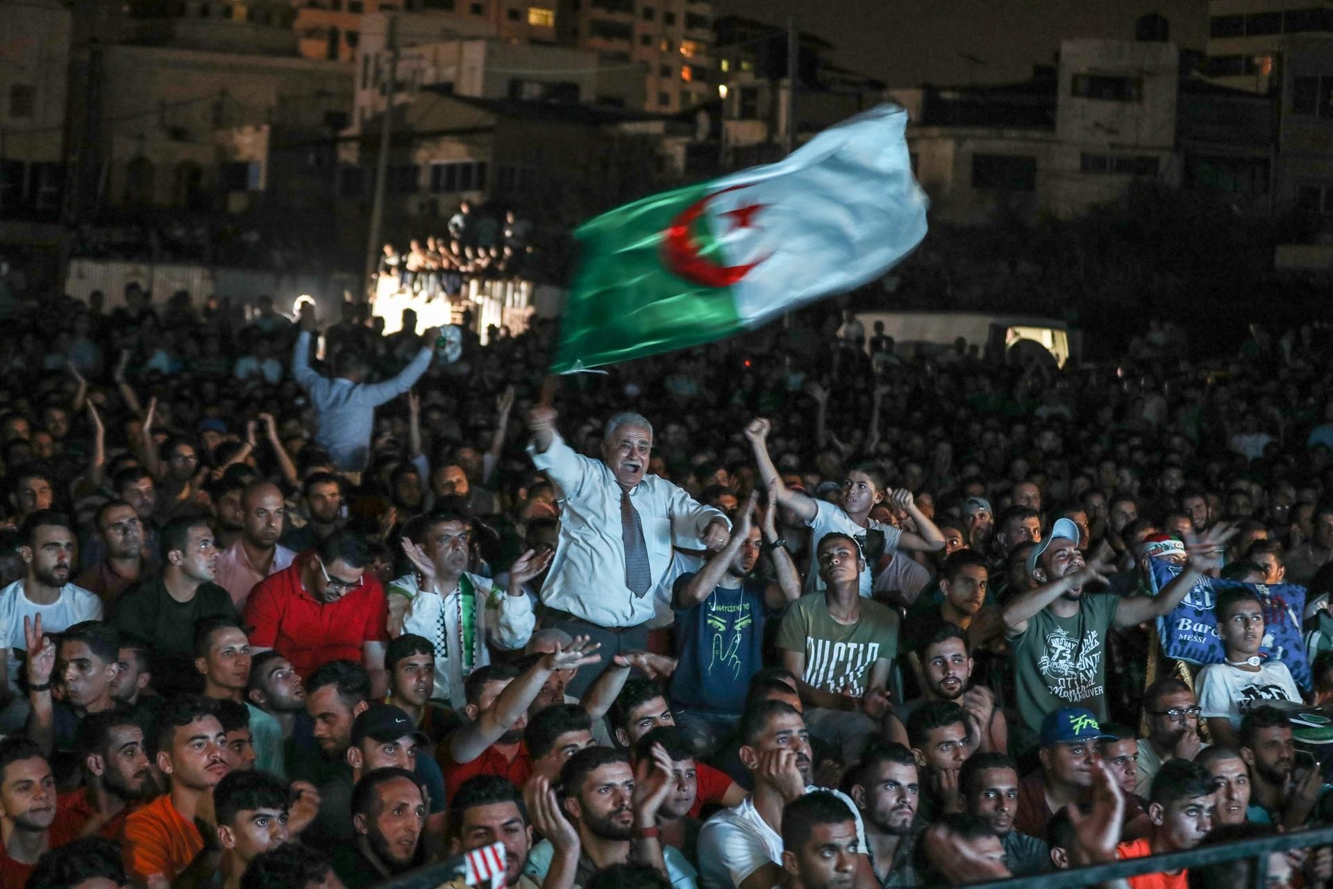 Cezayir'de avukatlardan gözaltına alınanların serbest bırakılması için yürüyüş