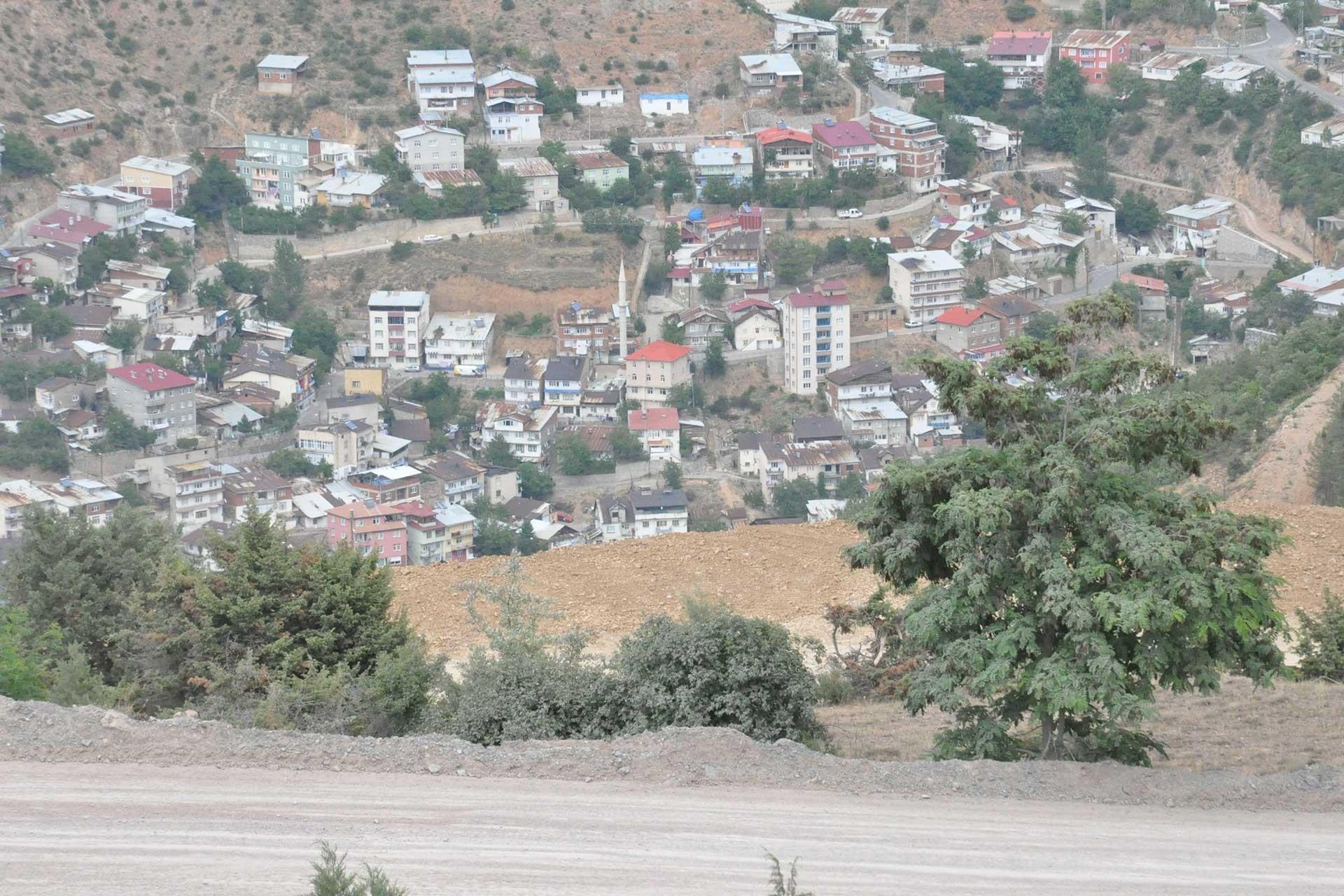 Gümüşhane'de kentin üst yamacına dökülen tonlarca hafriyat halkı korkutuyor