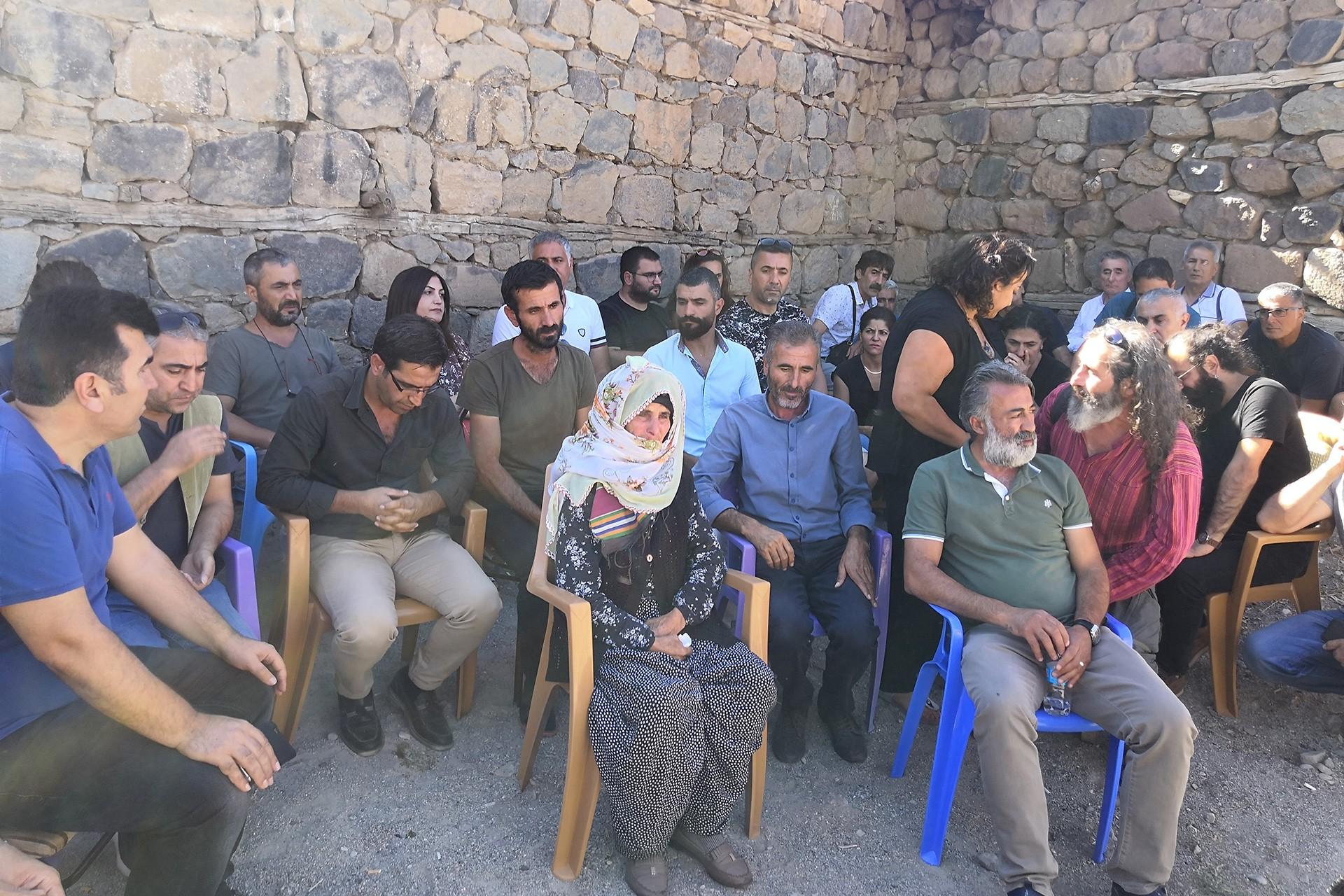 Dersimli sanatçılar Ayaz ve Nupelda kardeşlerin ailesini ziyaret etti