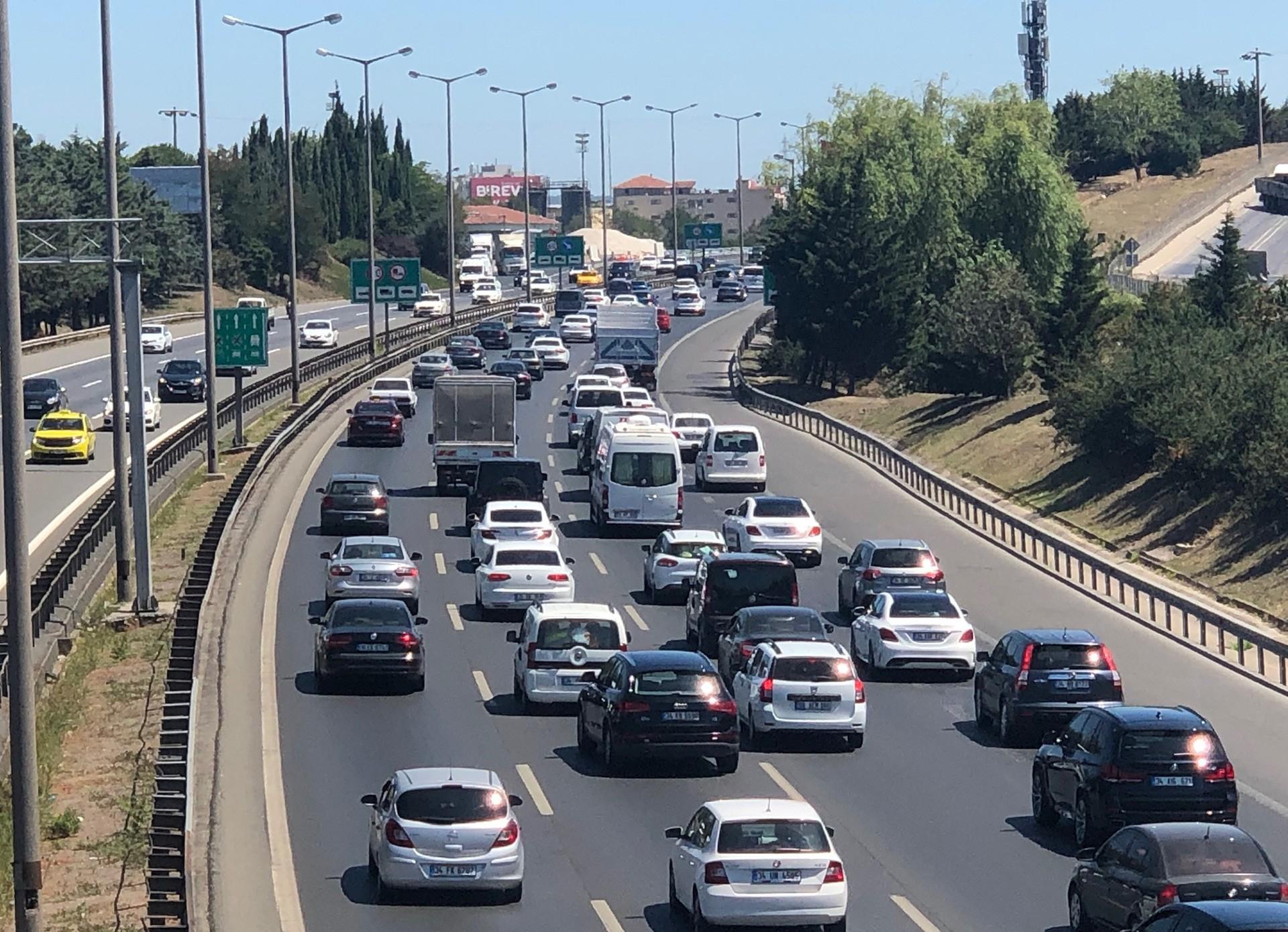 Duble yollar çözüm olmadı: Tatil nedeniyle pek çok yerde trafik kilitlendi