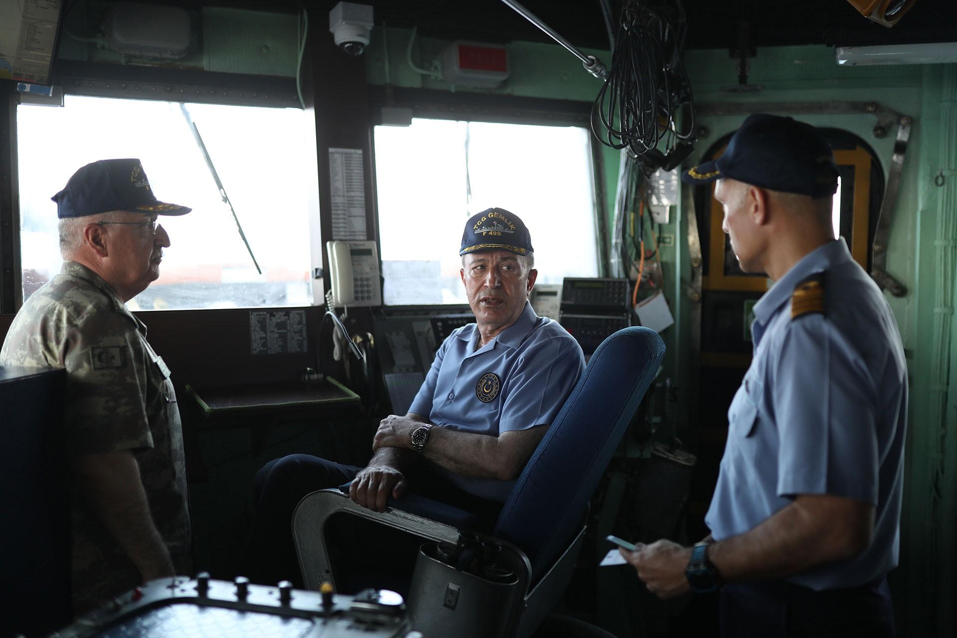 Hulusi Akar helikopterle TCG Gemlik'e indi, Doğu Akdeniz mesajları verdi