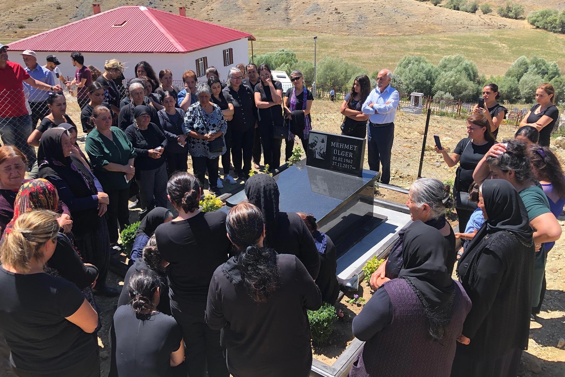Gazeteci Yazar Mehmet Ülger, ölümünün ikinci yıl dönümünde mezarı başında anıldı