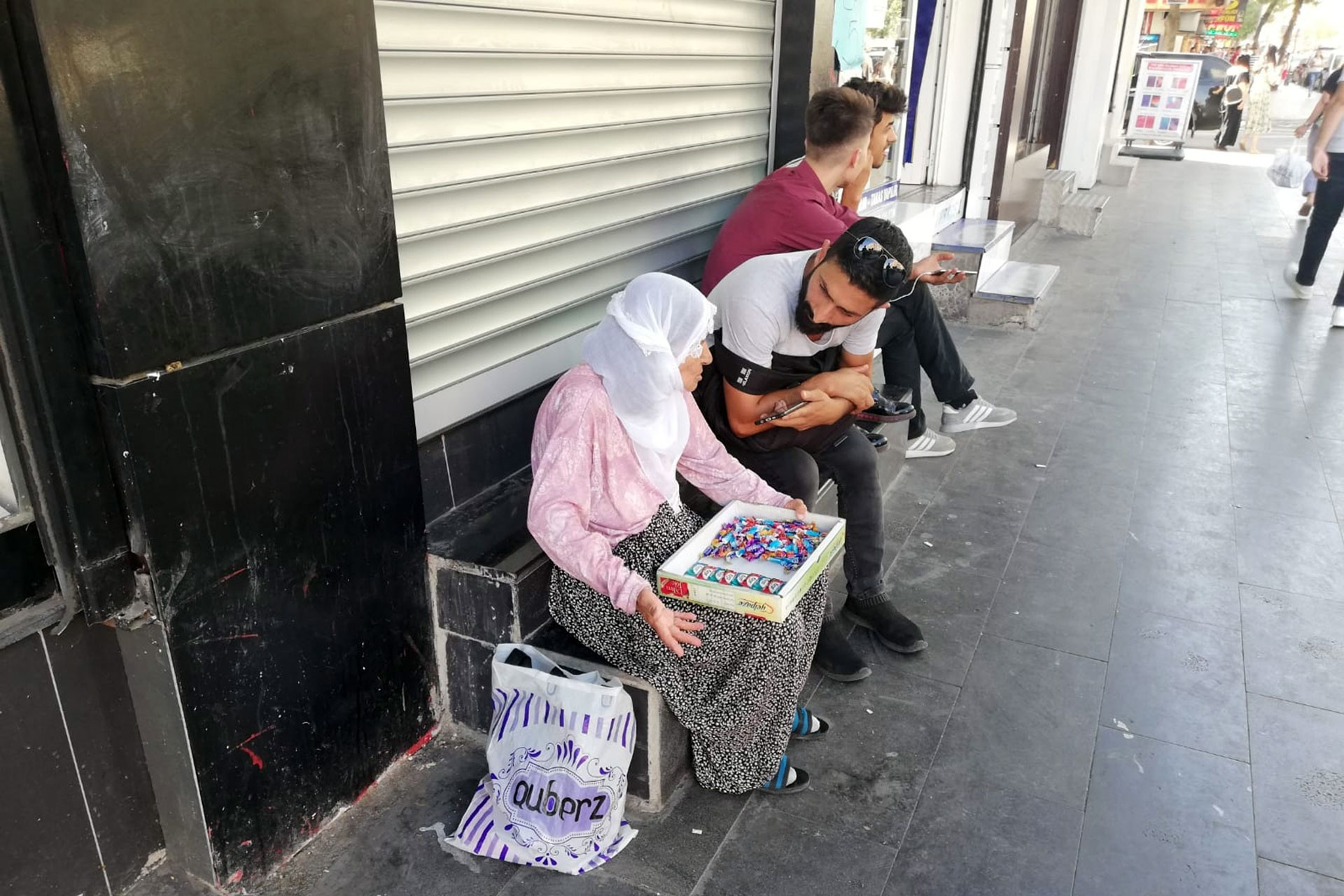 Diyarbakır'da sakız satarak geçinmeye çalışan Fatma Nine yoğun bakımda