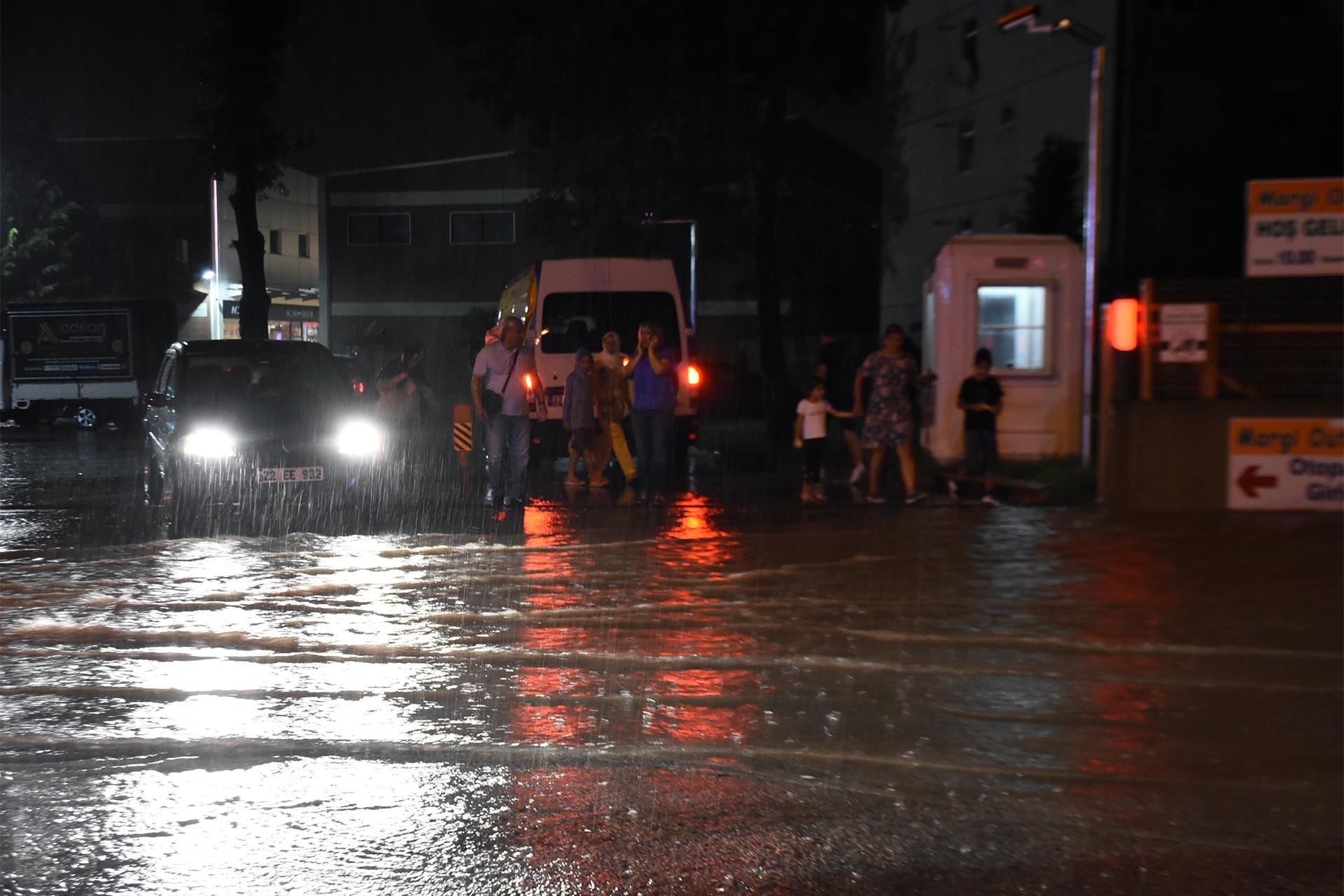 Kocaeli ve Edirne'de sağanak etkili oldu: Ev ve iş yerlerini su bastı