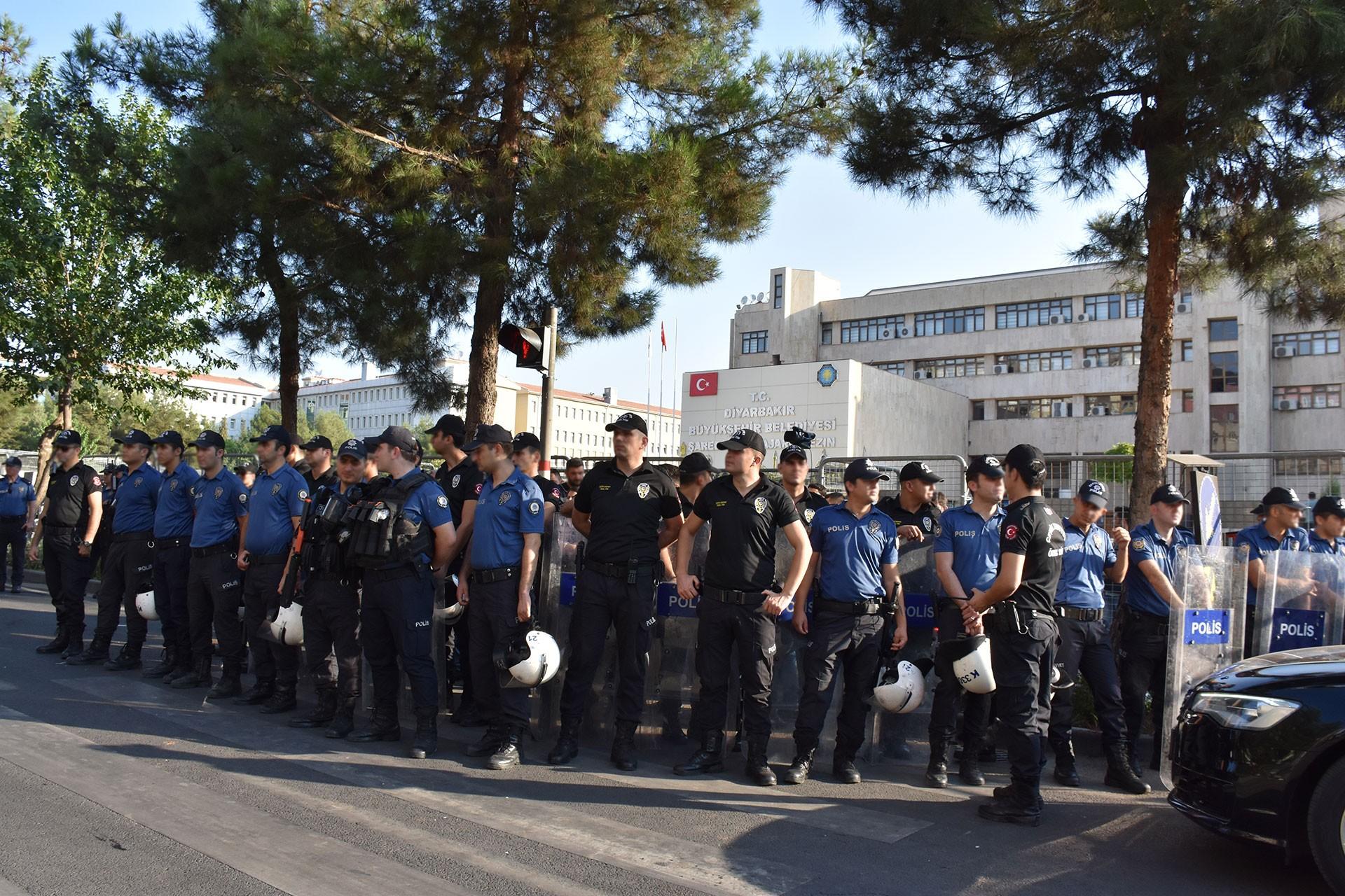 Diyarbakır, Van ve Mardin belediyelerine kayyum atandı