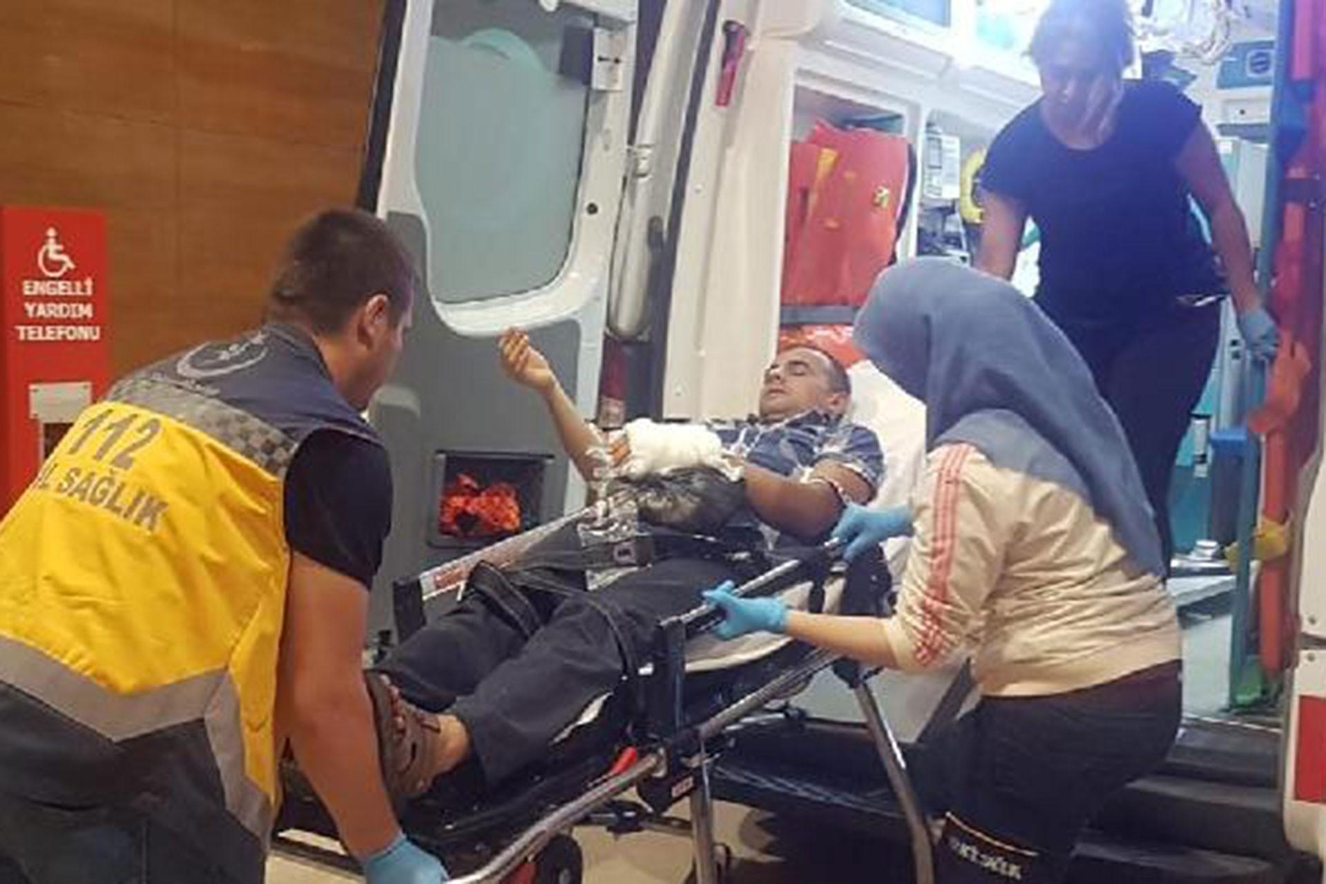 Mobilya fabrikasında çalışan İşçi Erol Karaş'ın sol kolu makineye sıkıştı
