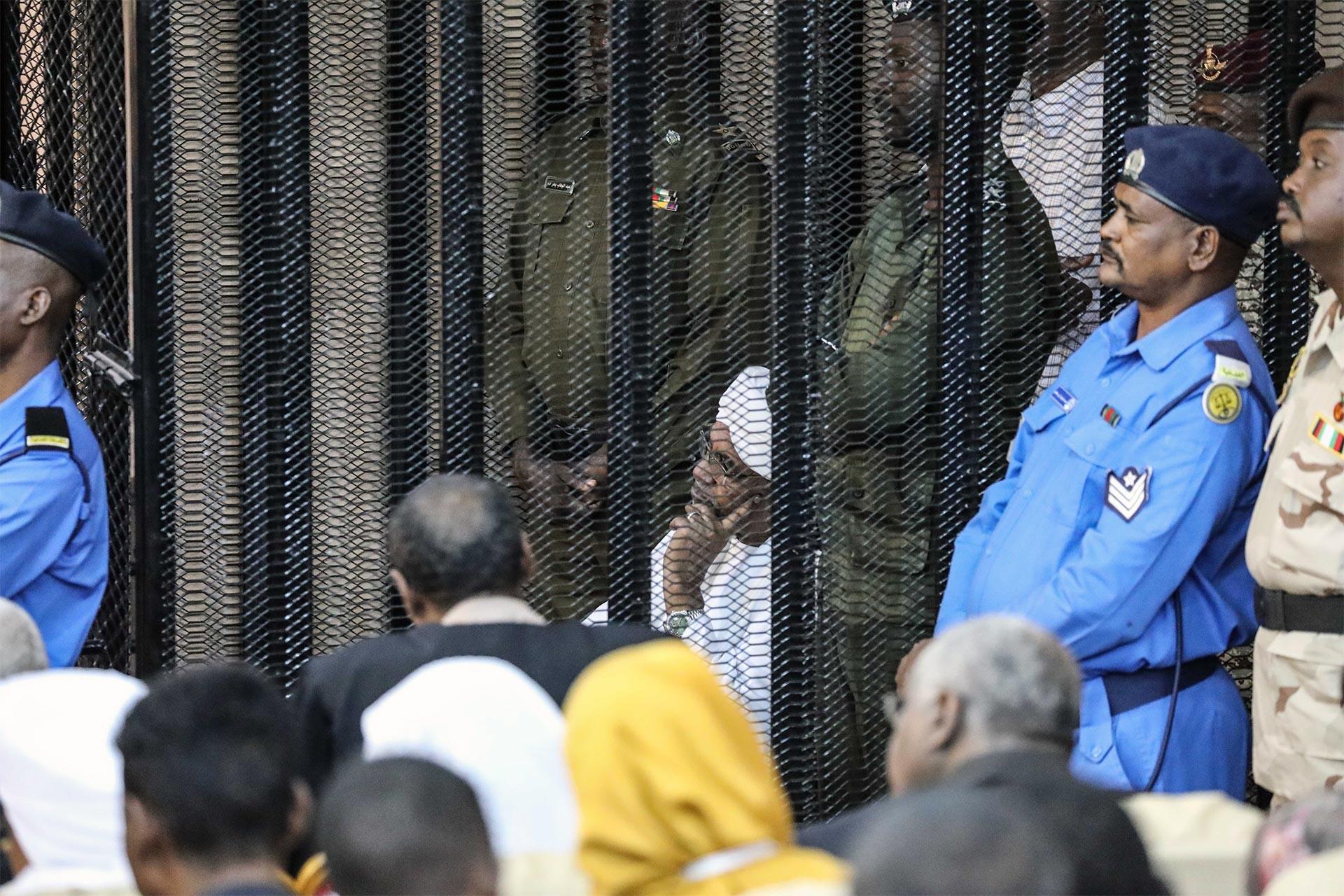 Sudan'ın devrik lideri Ömer Beşir ikinci kez hakim karşısına çıktı