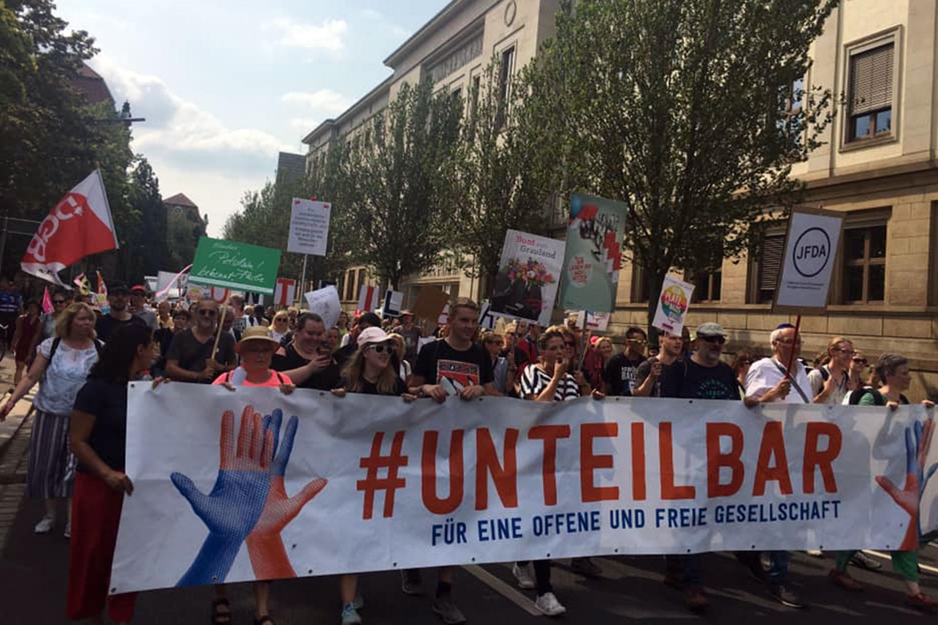 Almanya'da 40 bin kişi ırkçılığa karşı yürüdü