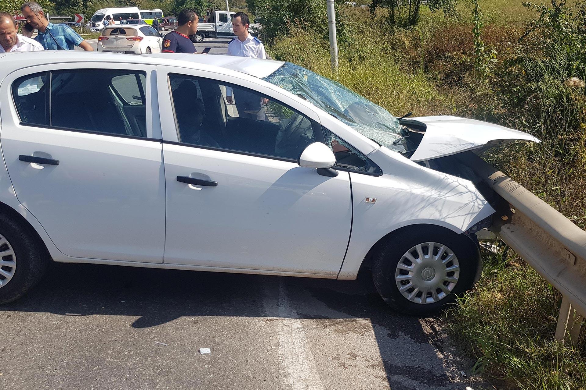 Kocaeli'de halk otobüsü, otomobile çarptı: 1 ölü, 3 yaralı