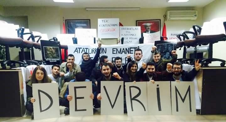Önseçim isteyen CHP'li gençler parti binasını işgal etti