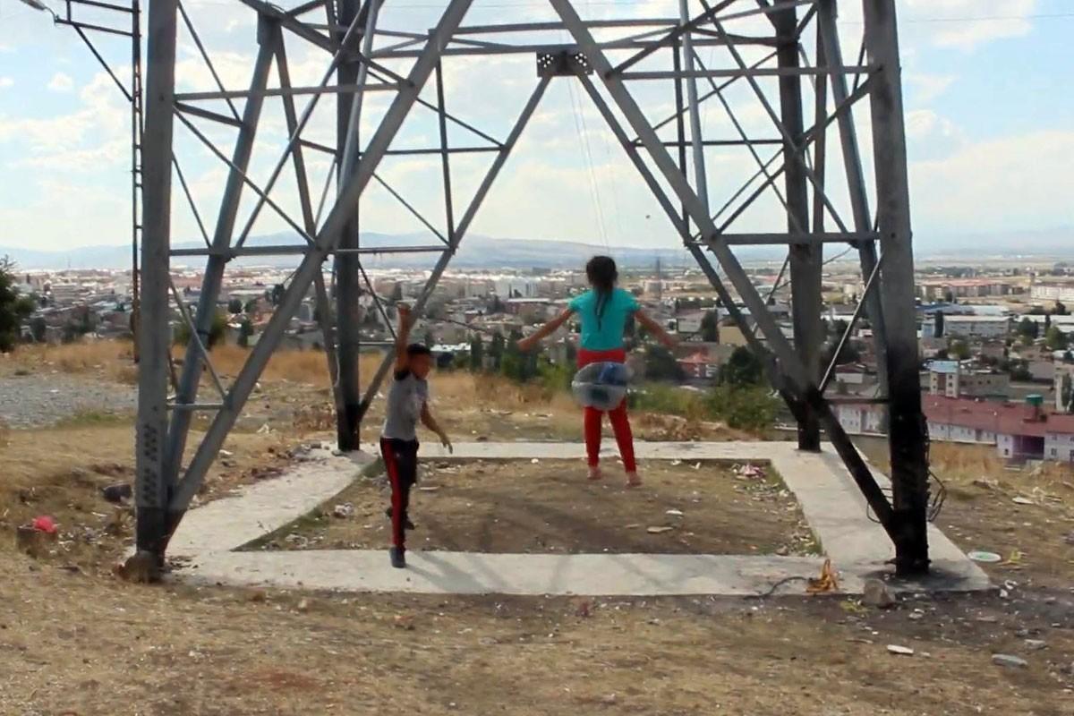 Çocukların yüksek gerilimle tehlikeli dansı, direğe salıncak kurdular