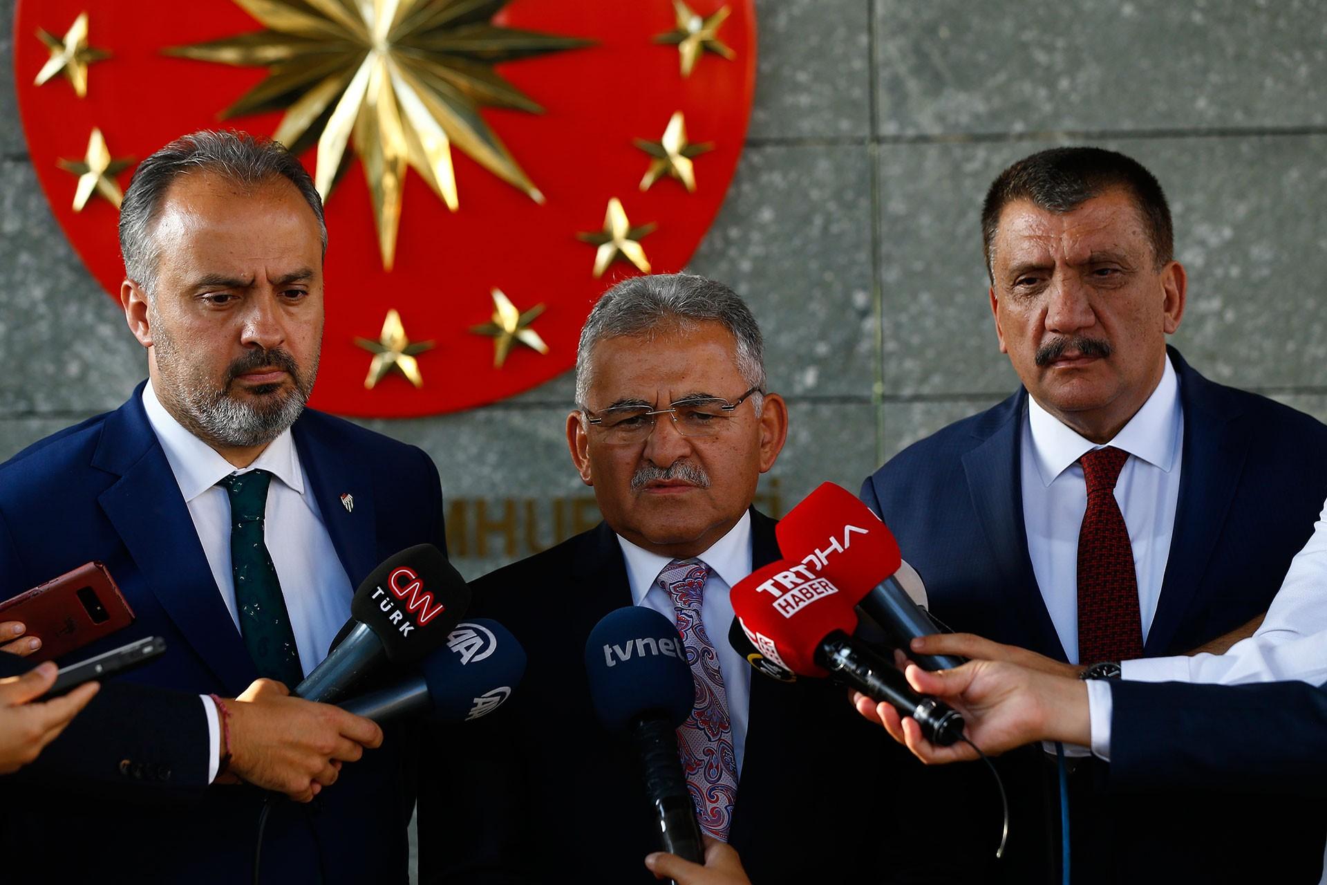 Bursa Büyükşehir Belediye Başkanı Alinur Aktaş(solda), Kayseri Büyükşehir Belediye Başkanı Memduh Büyükkılıç (ortada) ve Malatya Büyükşehir Belediye Başkanı Selahattin Gürkan(sağda)