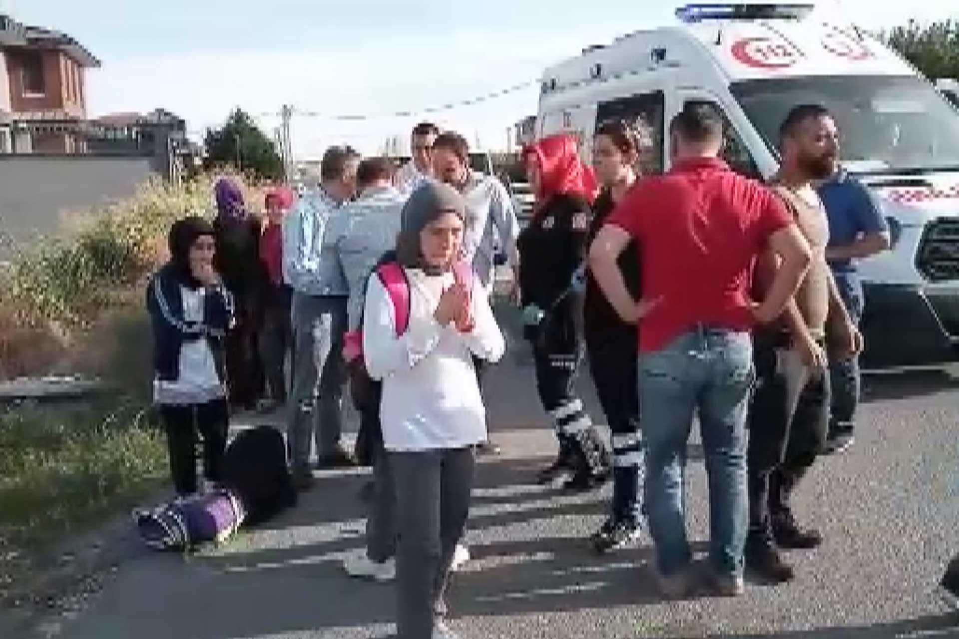 Beylikdüzü'nde öğrenci servisi devrildi: 9 yaralı