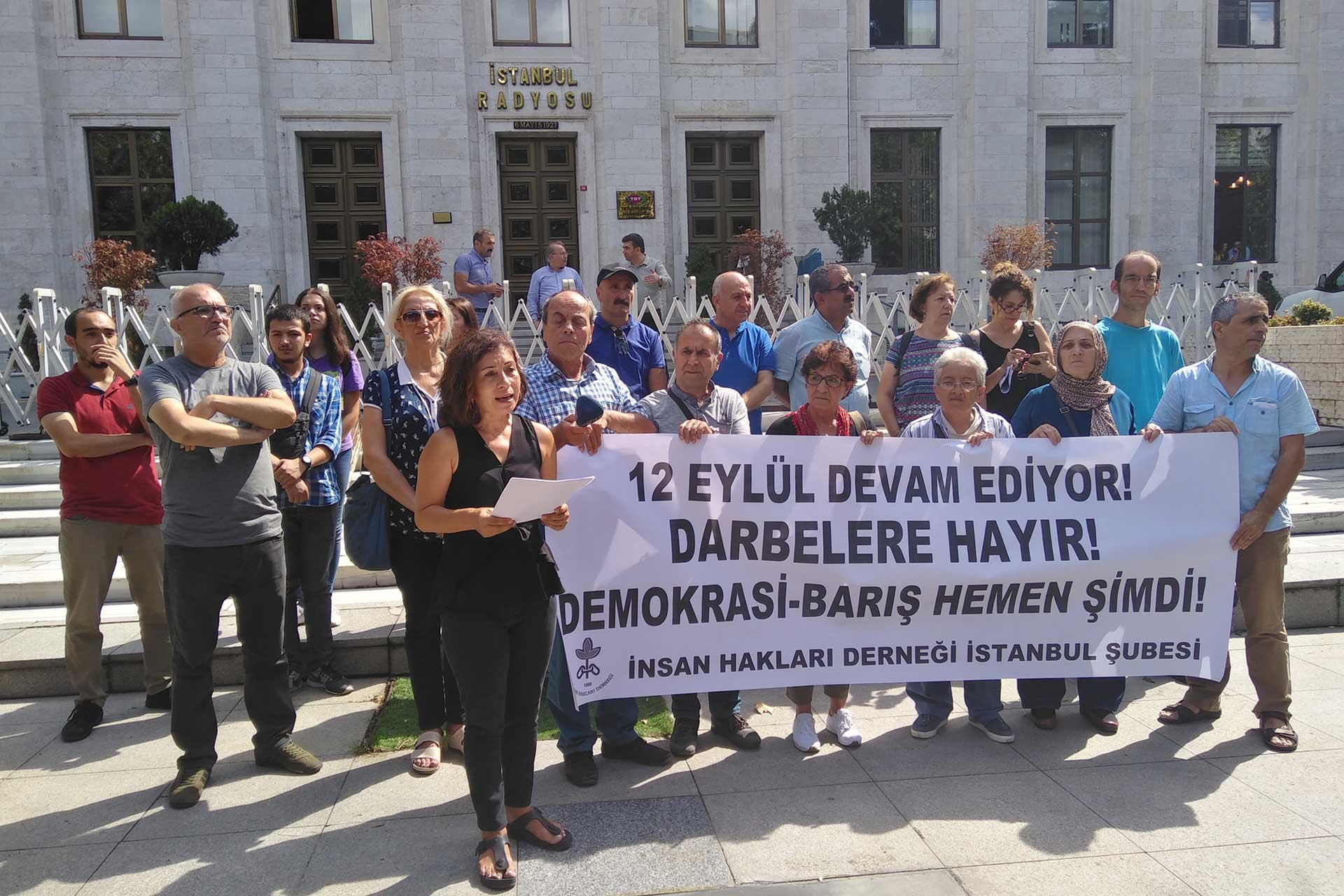 insan Hakları Derneği, TRT İstanbul Radyosu önünde eylem yaptı.