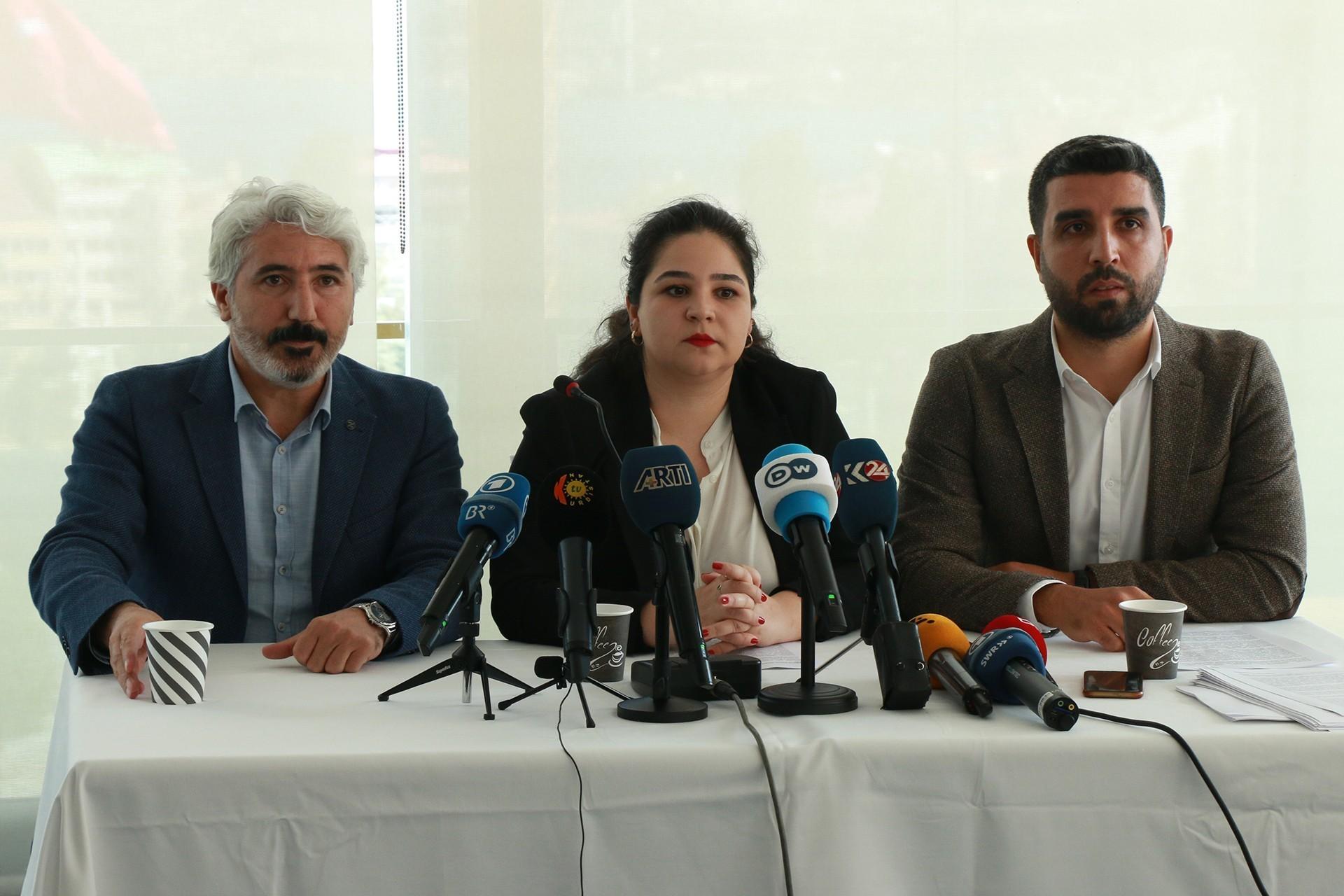 Selahattin Demirtaş'ın avukatları açıklama yaparken.