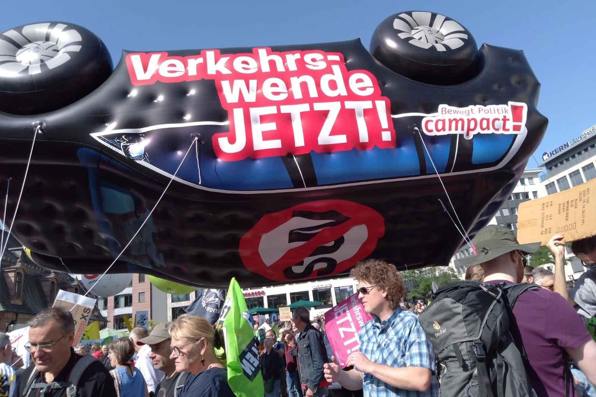 Frankfurt'ta 25 bin kişi otomobil fuarını protesto etti