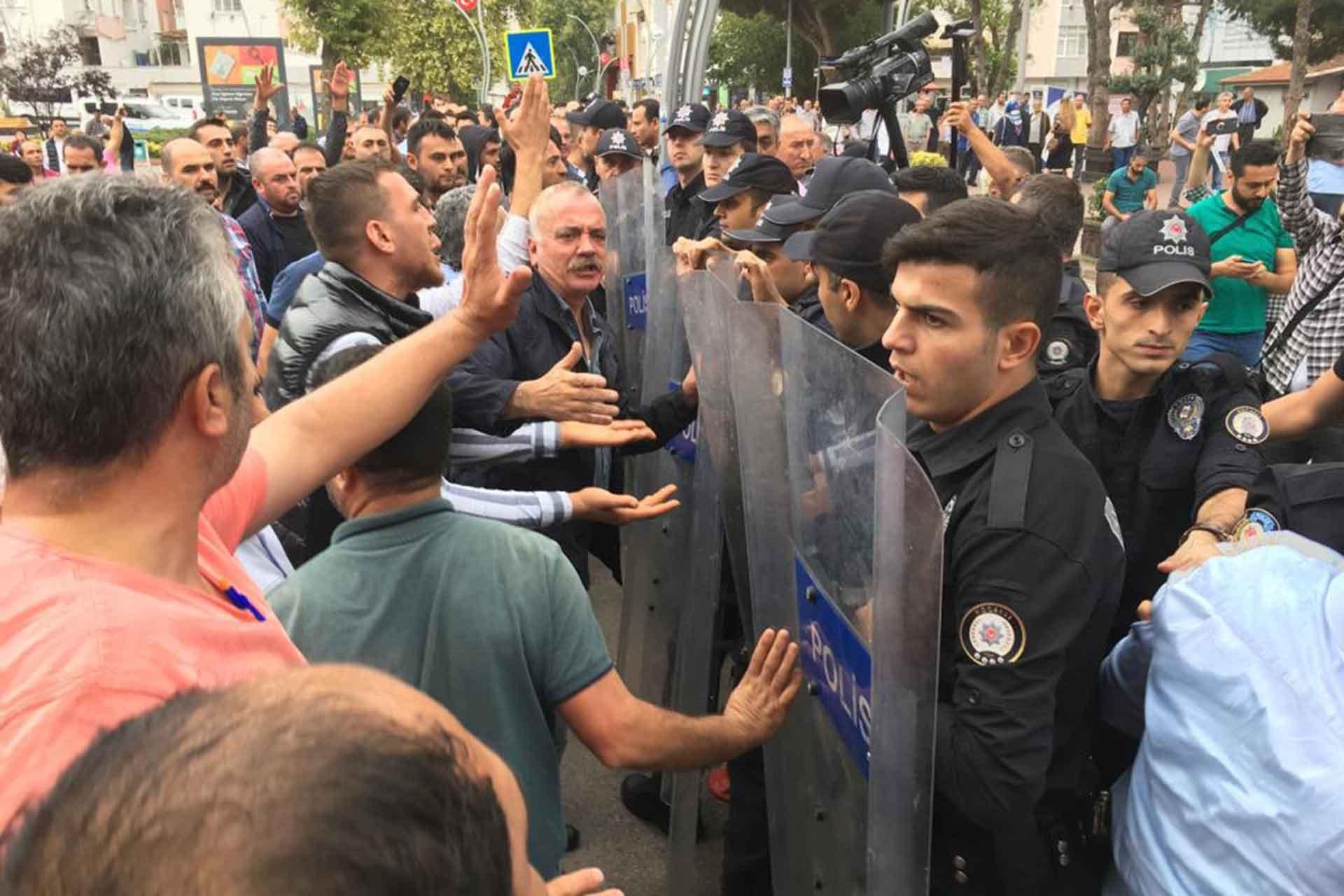 Derince'de polis, belediye binası önünde eylem yapan pazar esnafına biber gazı ile müdahale etti