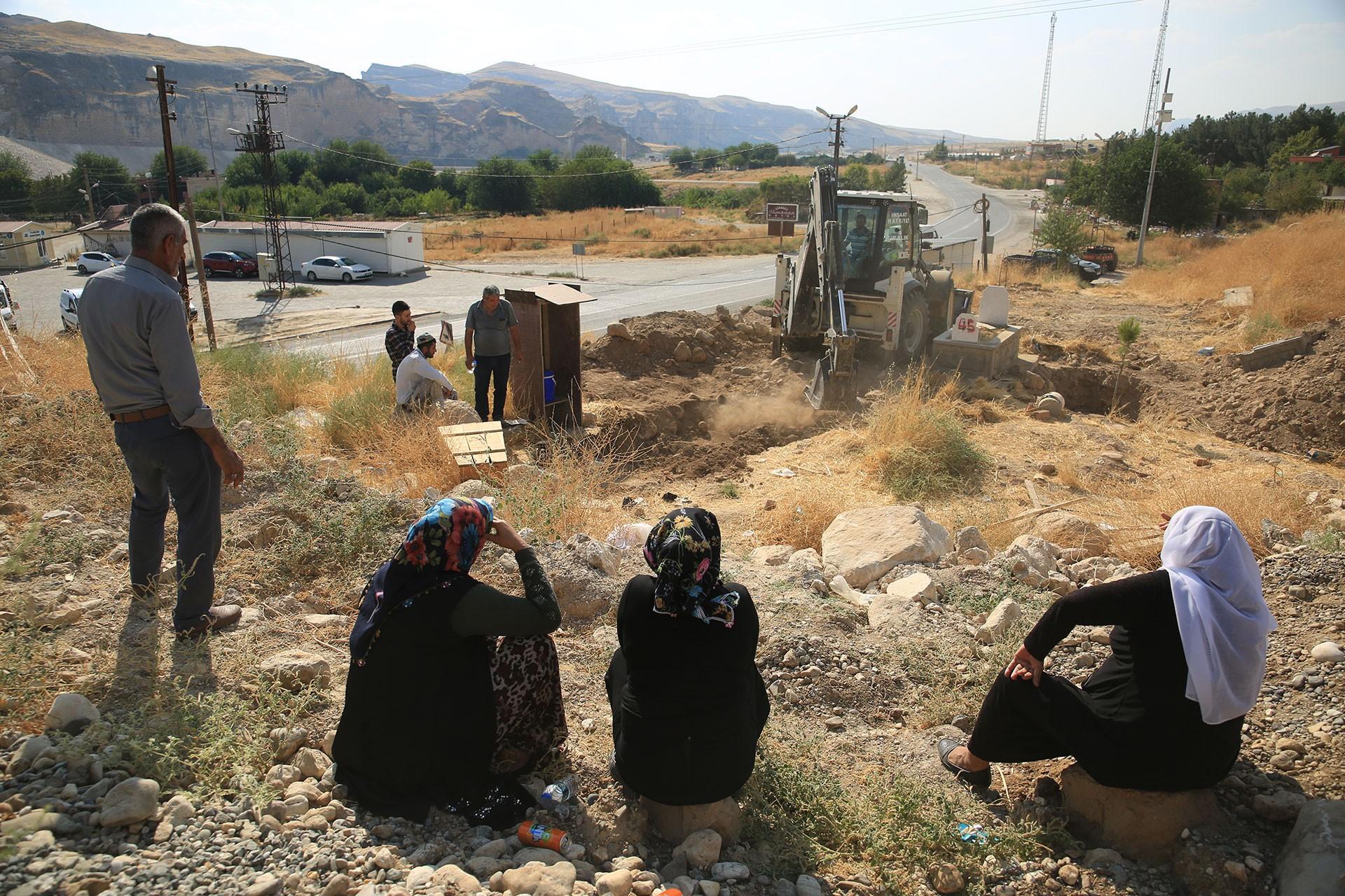 Sular altında bırakılmak istenen Hasankeyf'te mezarlar da taşınıyor