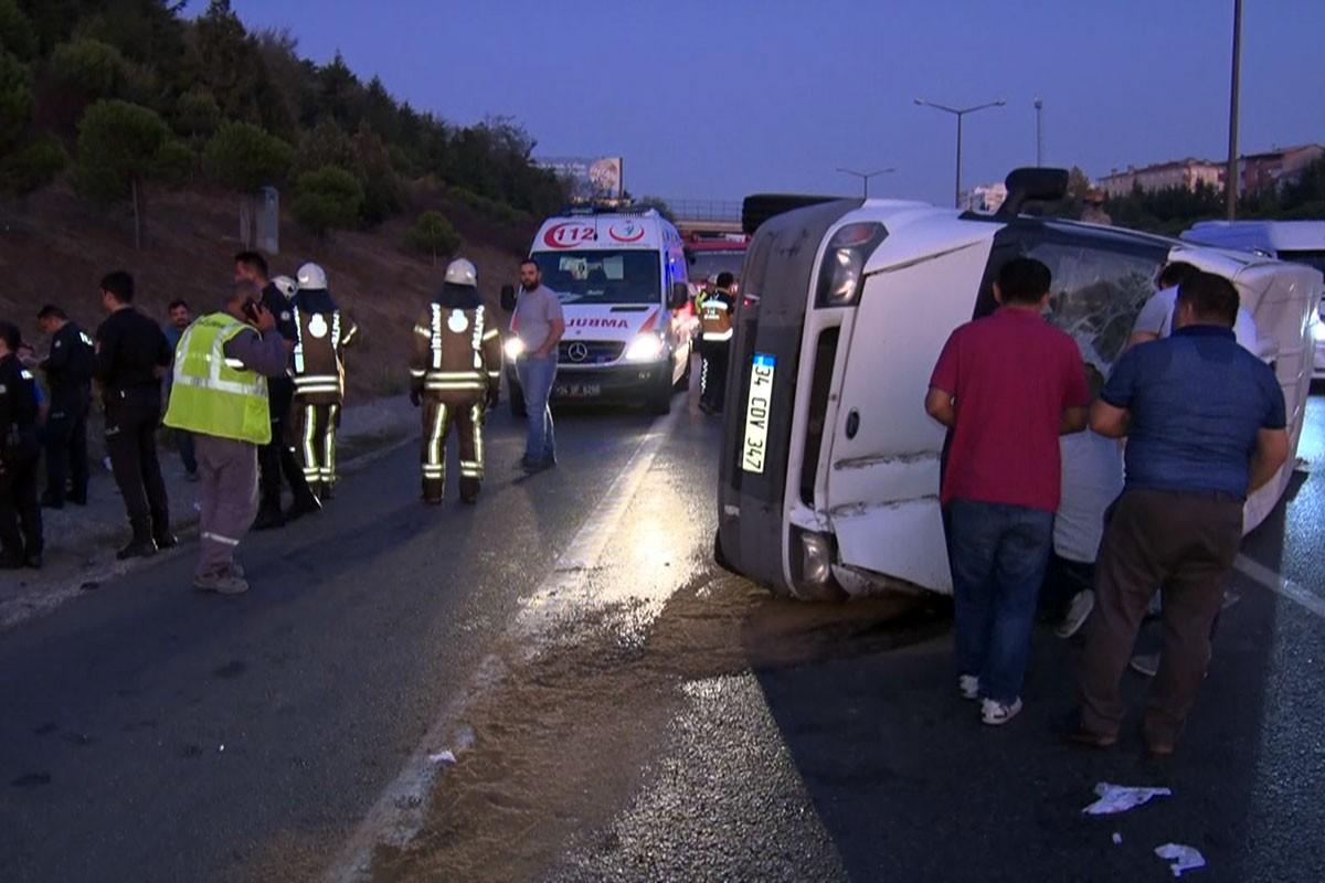 TEM Otoyolu'nda servis minibüsü devrildi : 5 yaralı