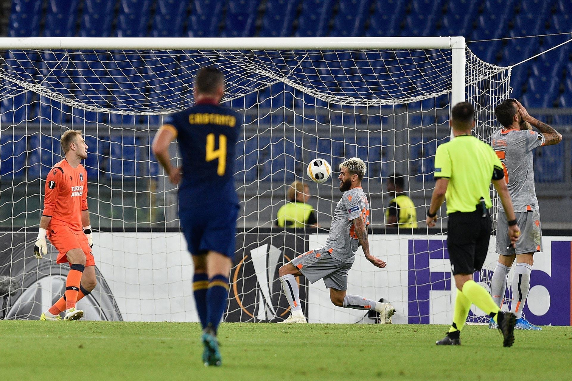 Başakşehirli futbolcu Caiçara, kendi kalesine attığı golle Roma'yı 1-0 öne geçirdi
