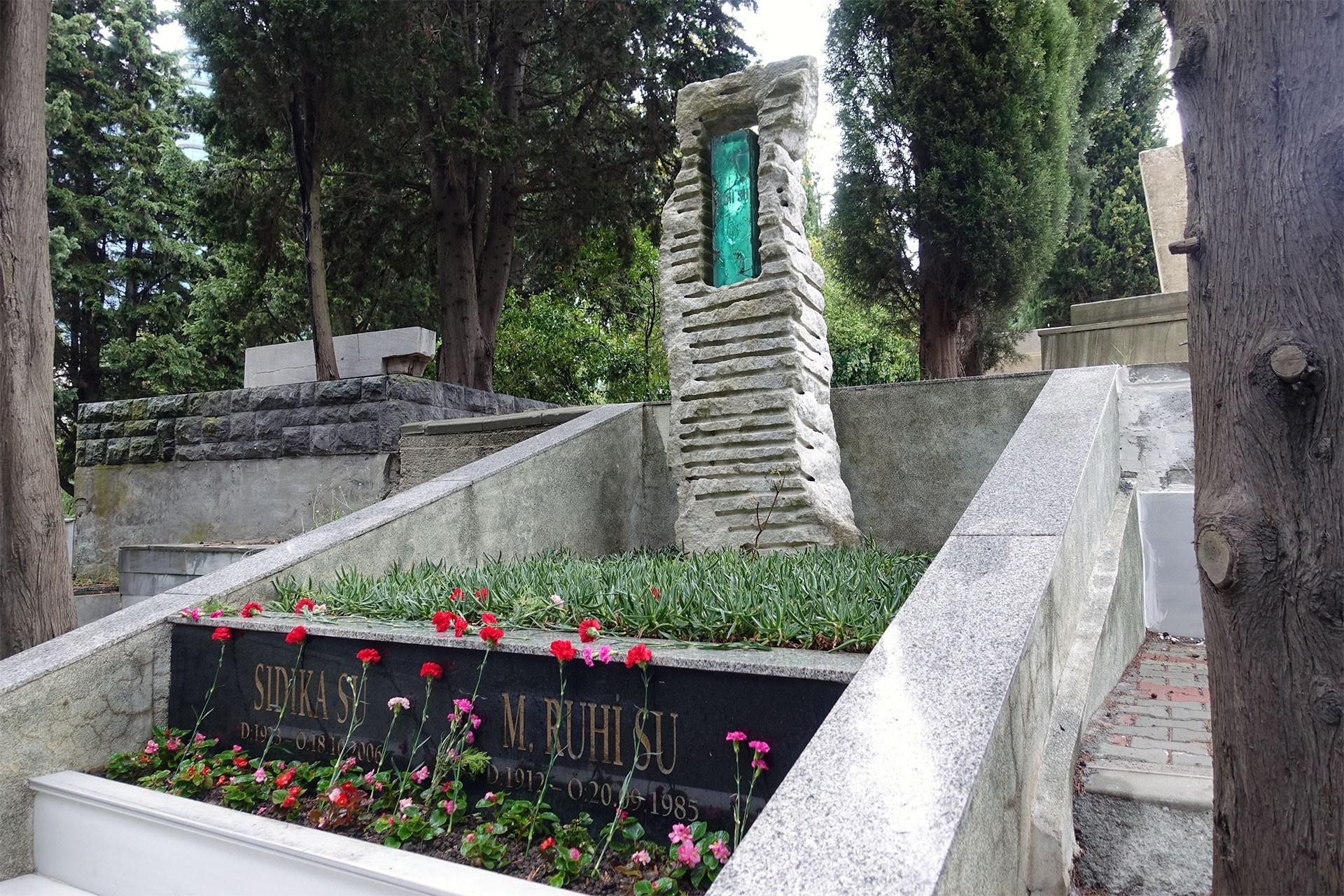 Ruhi Su mezarı başında türkü ve şiirlerle anıldı
