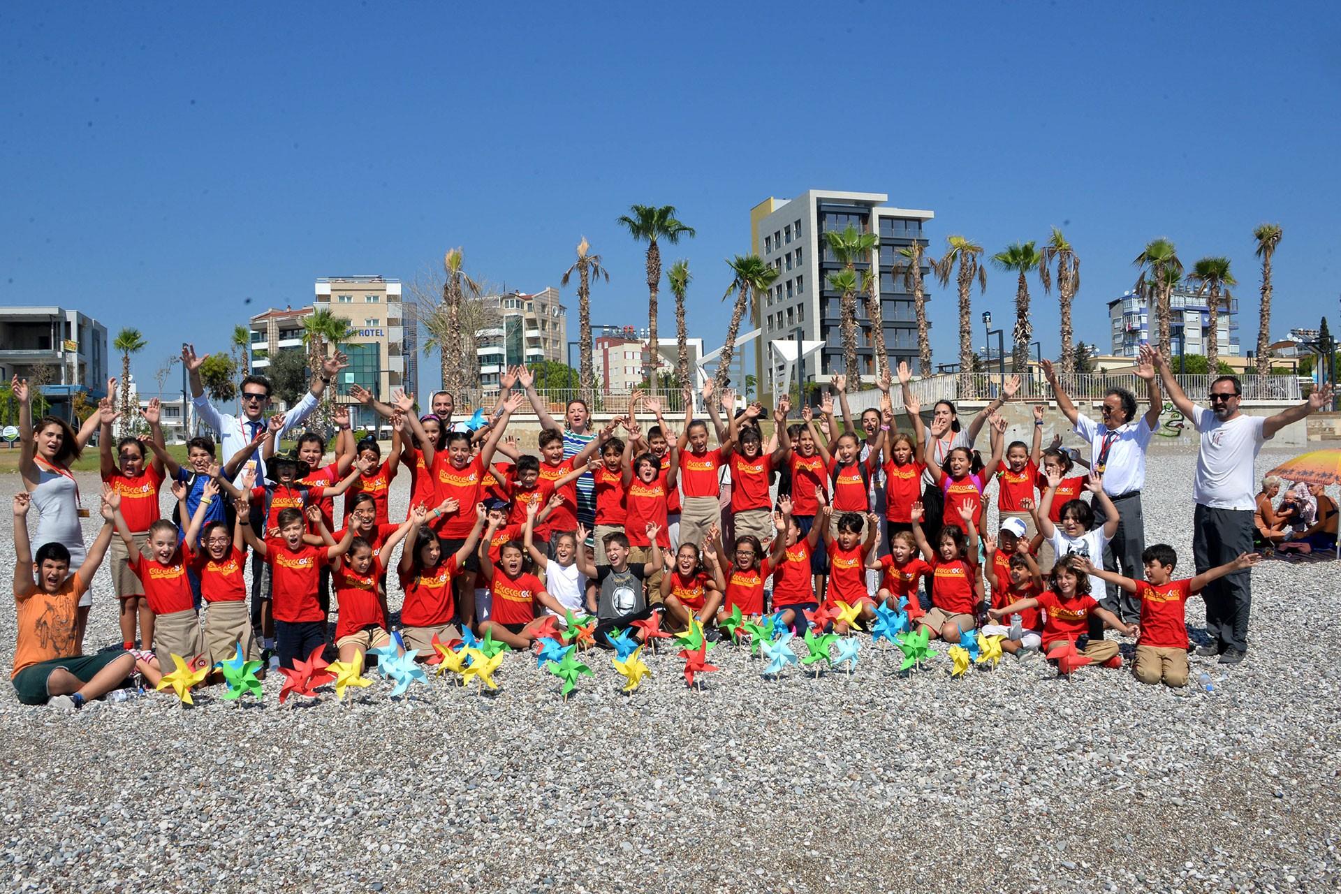 Antalya'da çocuklar sahile rüzgar gülü bıraktı