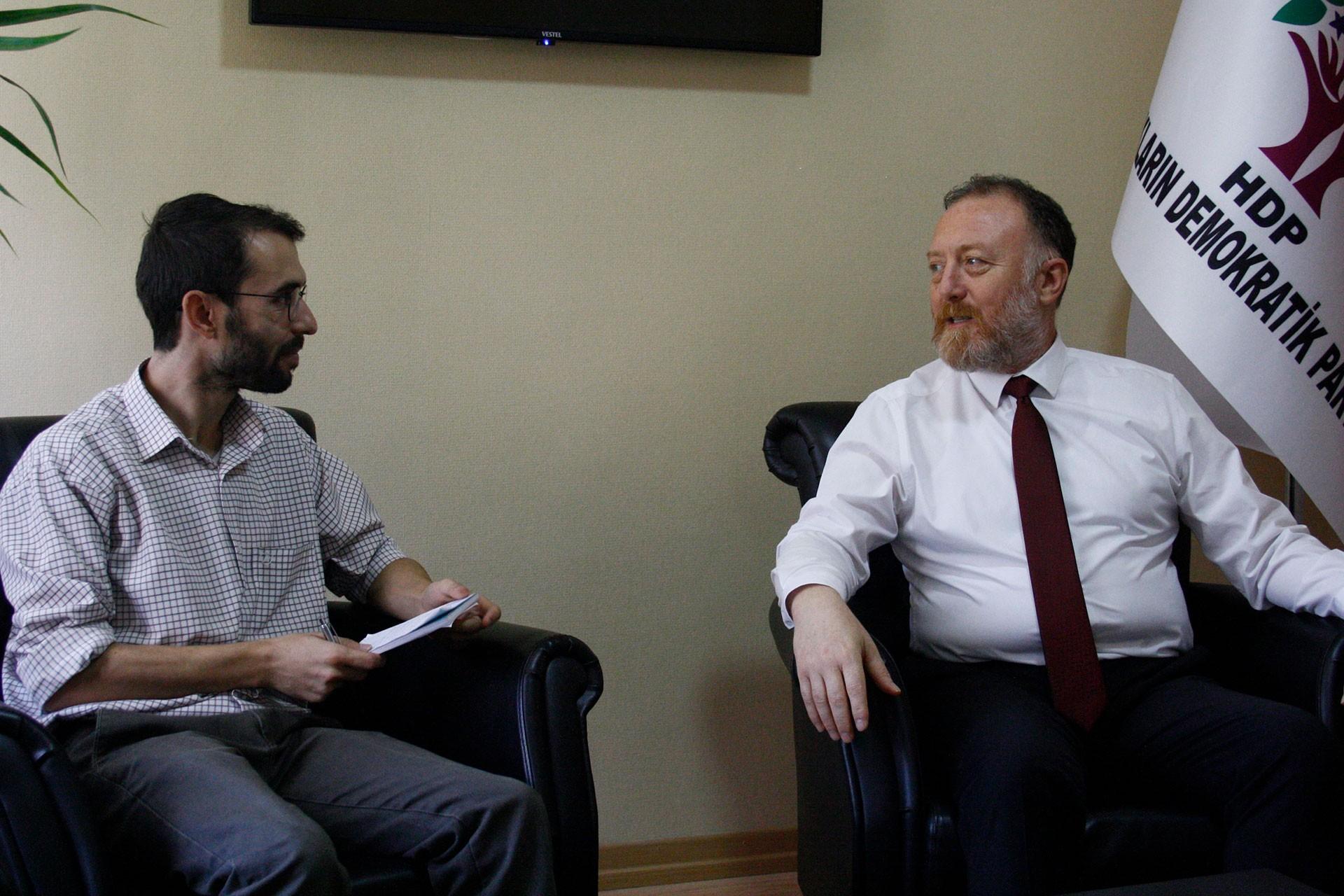 Evrensel Gazetesi Ankara Temsilcisi Birkan Bulut (solda) ve HDP Eş Genel Başkanı Sezai Temelli