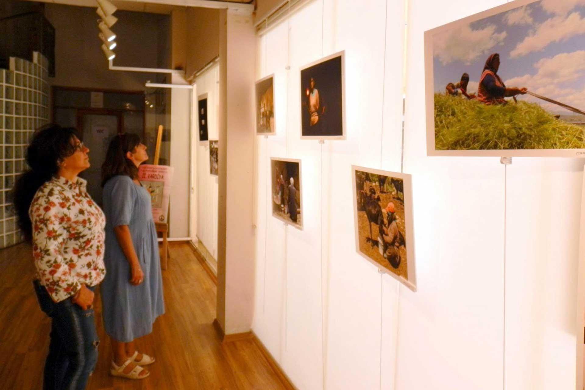 Vardiyası hiç bitmeyen kadınların fotoğrafları sergi oldu
