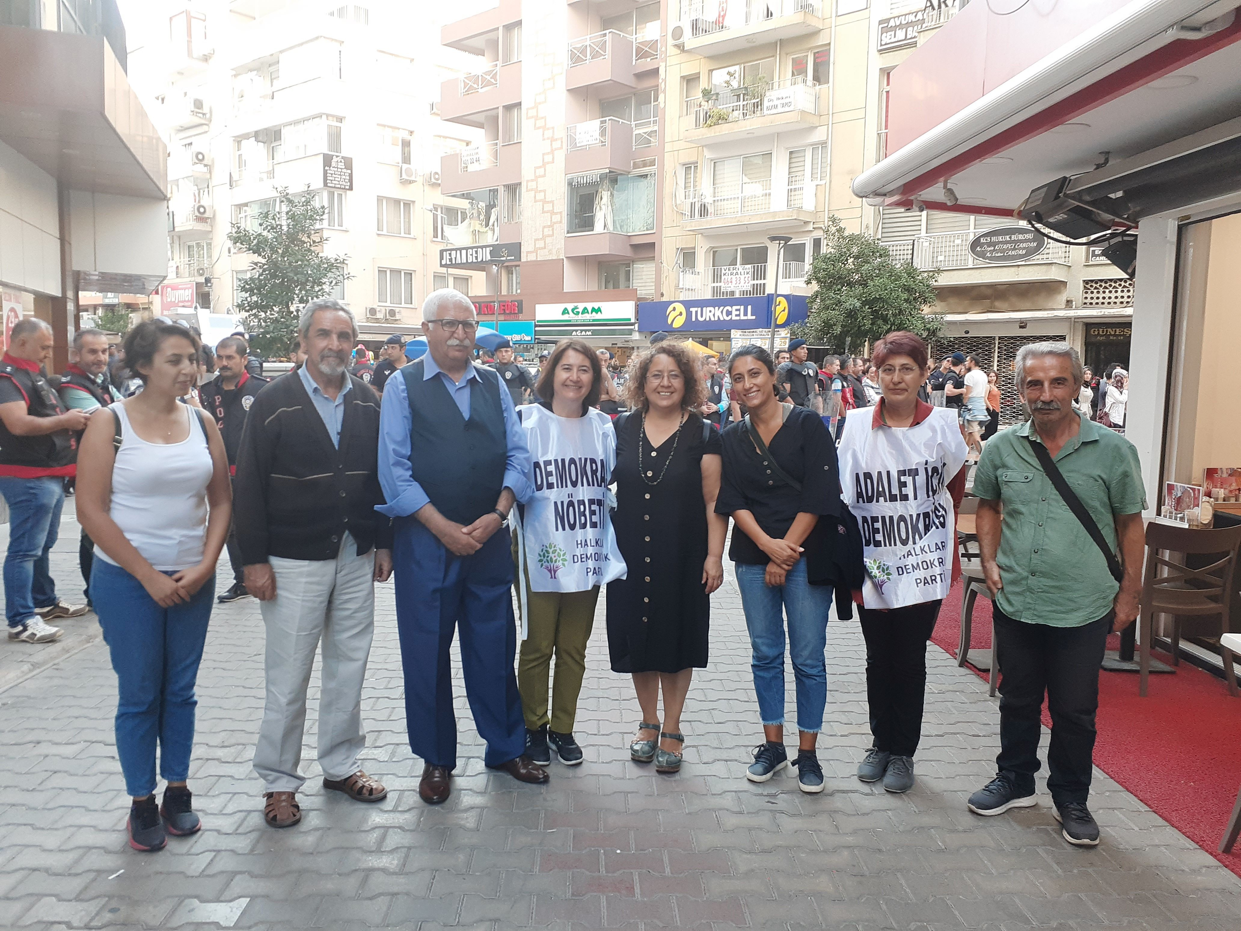 EMEP, HDP'nin İzmir'deki demokrasi nöbetini ziyaret etti