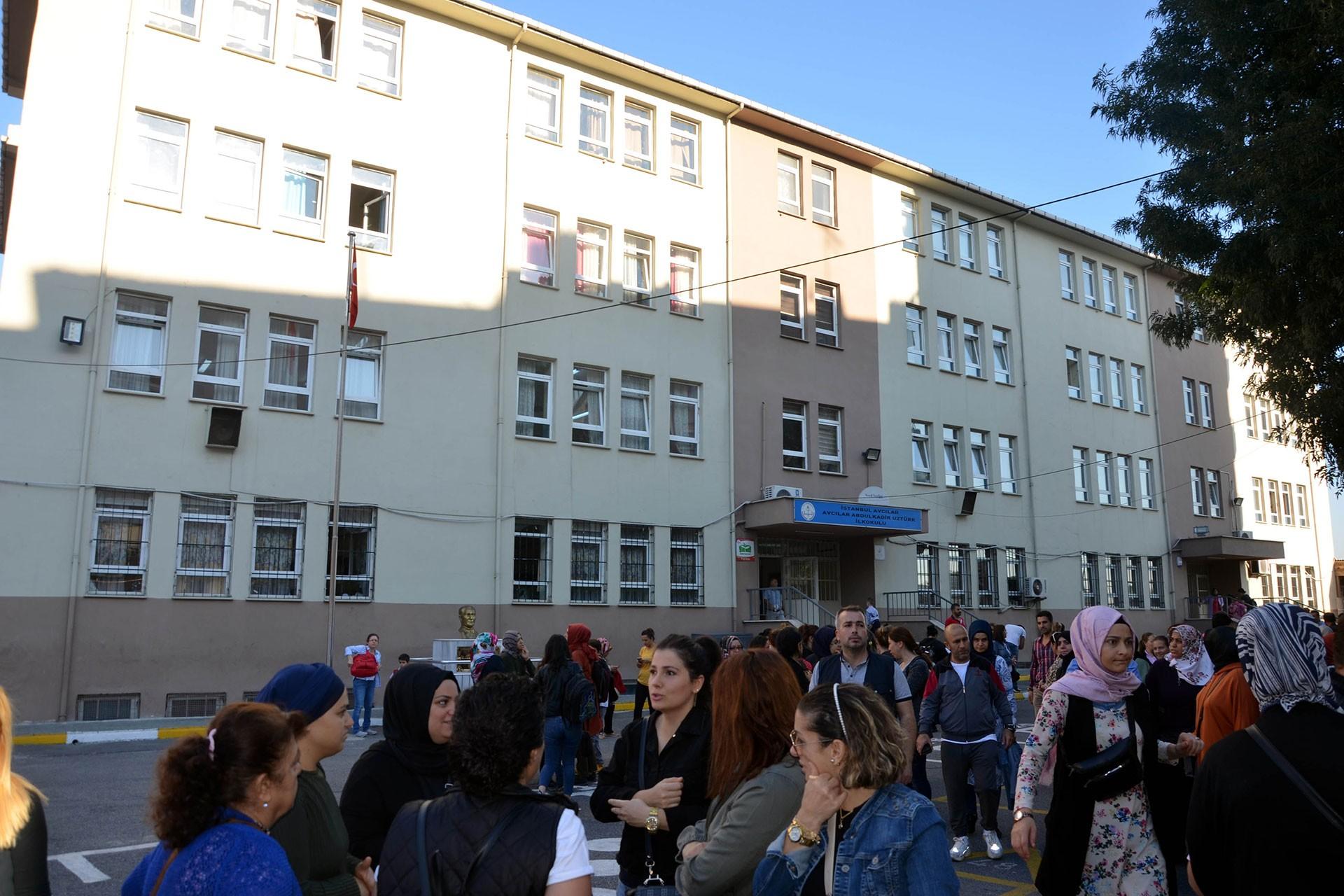 Depremde okulların hasar görmesi sebebiyle mağdur olan öğrenci ve veliler tepkili