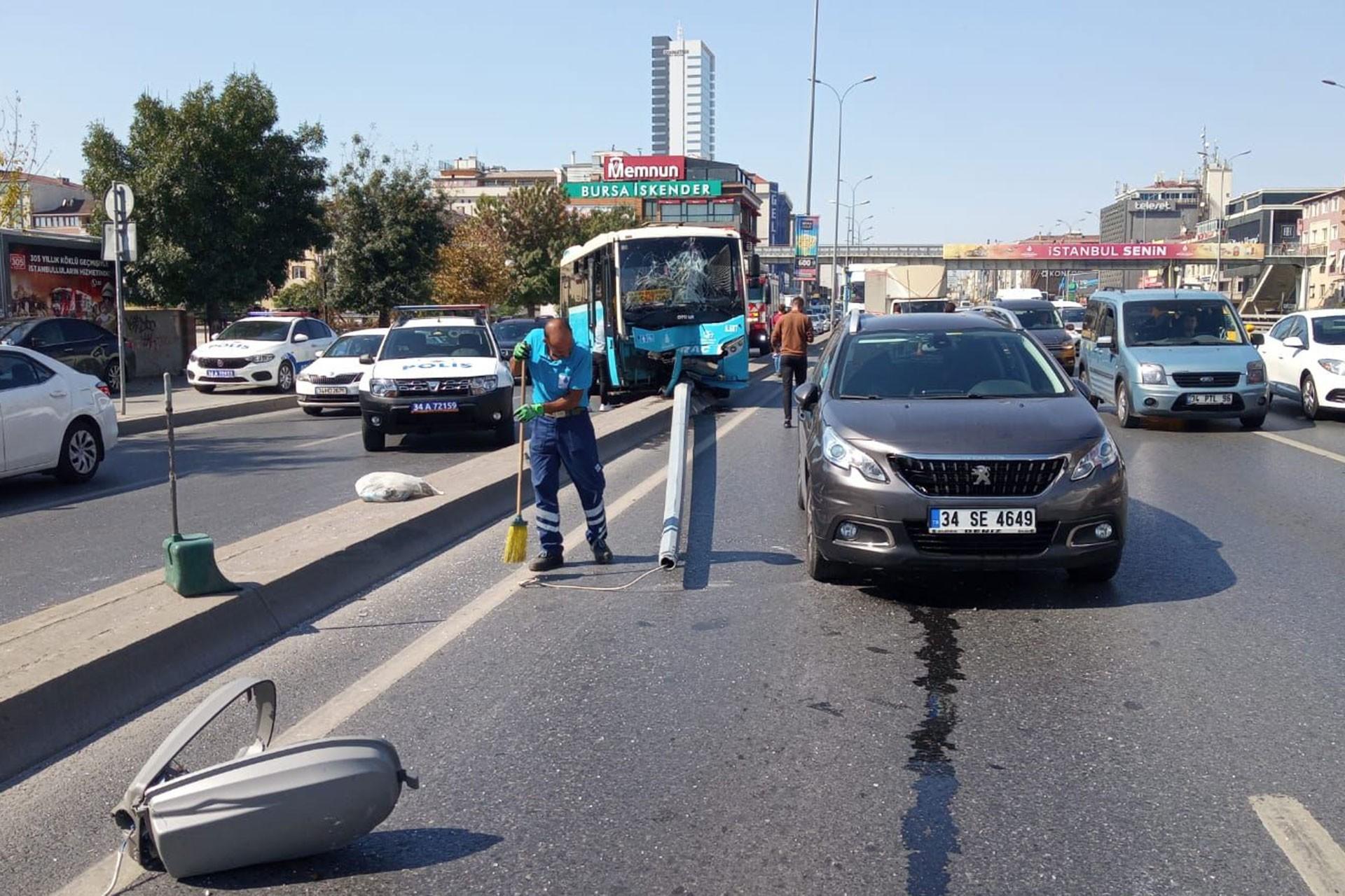 Avcılar'da özel halk otobüsü kaldırıma çıktı: 3 kişi yaralı
