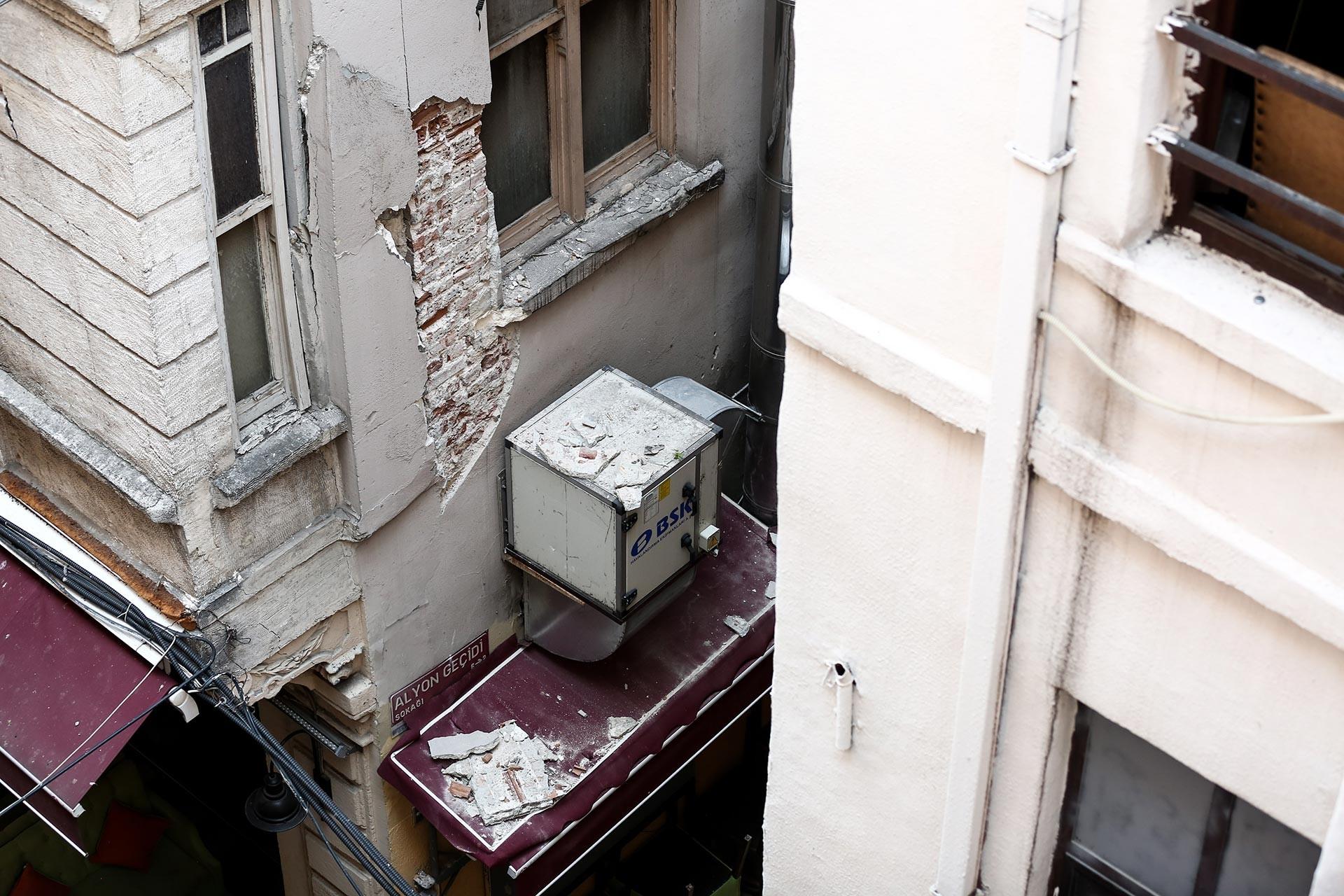 Beyoğlu'da çökme riski bulunduğu belirtilen binada inceleme yapıldı