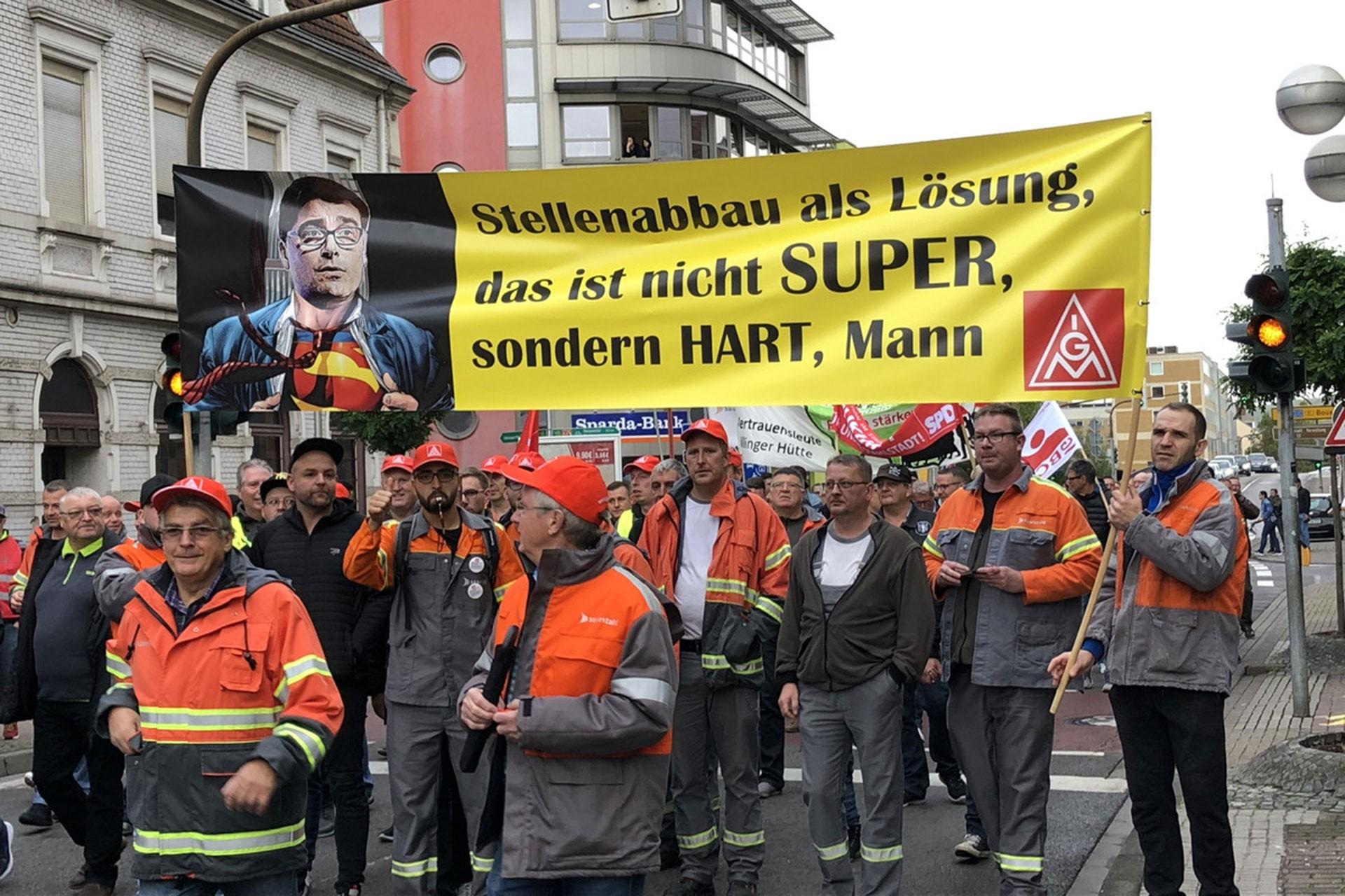 Almanya'da binlerce çelik işçisi işsizlik tehdidine karşı mücadele başlattı