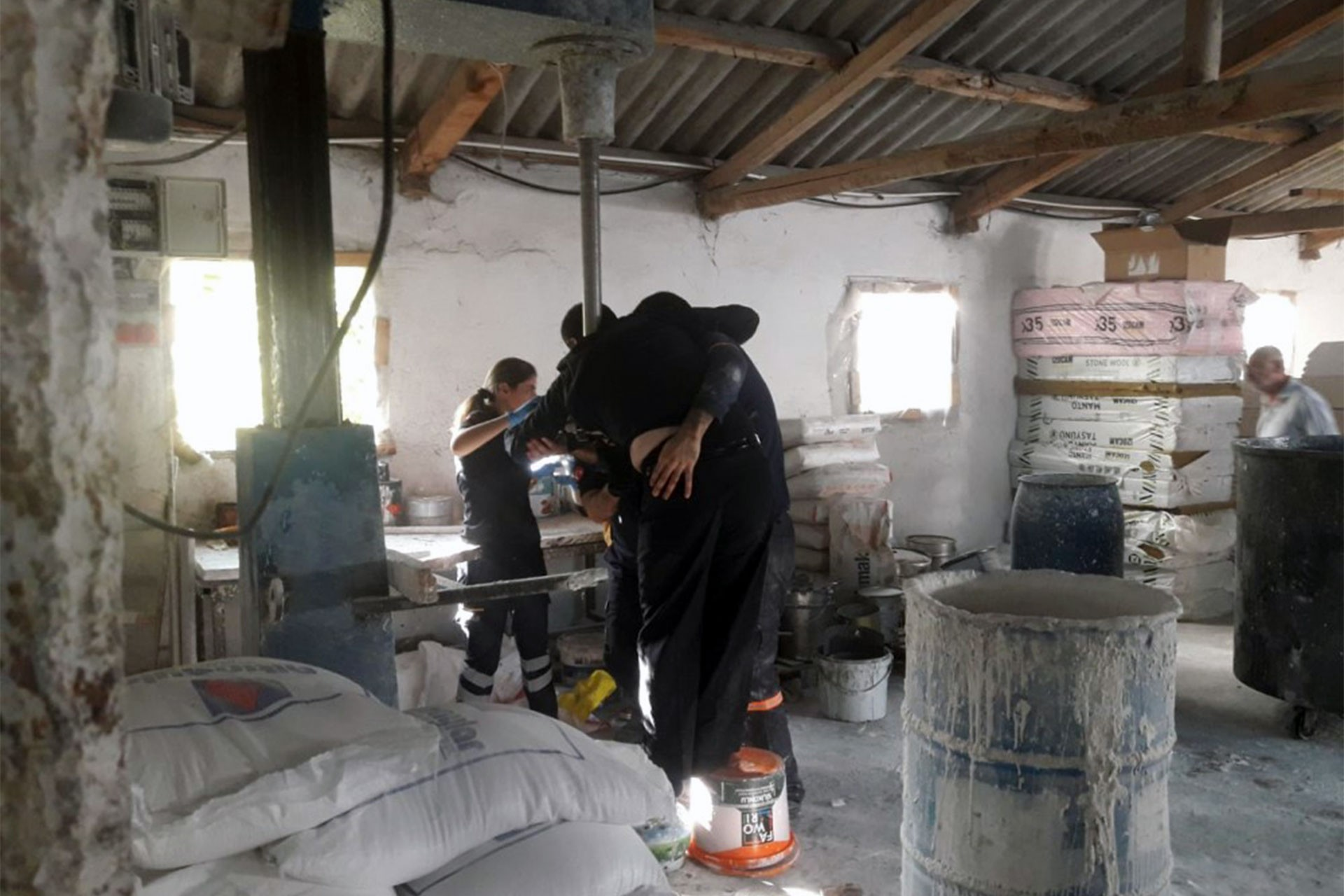 Alçı mikserine kapılan Suriyeli işçi yaralandı