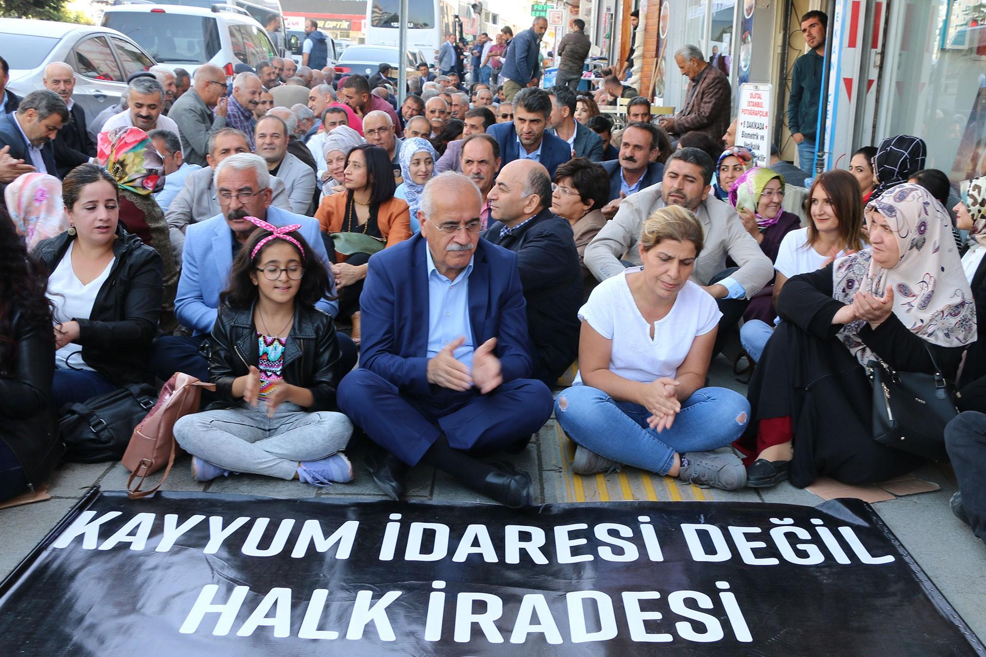 Van'da Demokrasi Nöbeti: Kayyumlar gidecek biz kalacağız
