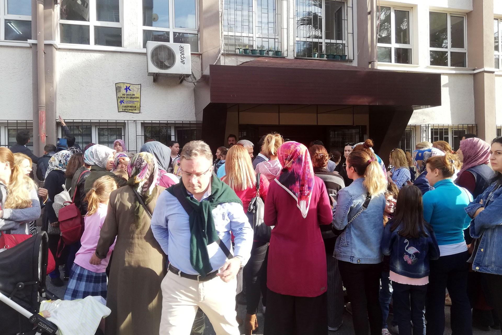 Duvarlarında çatlak olan okul önünde eylem: Veliler tedirgin, müdür rahat