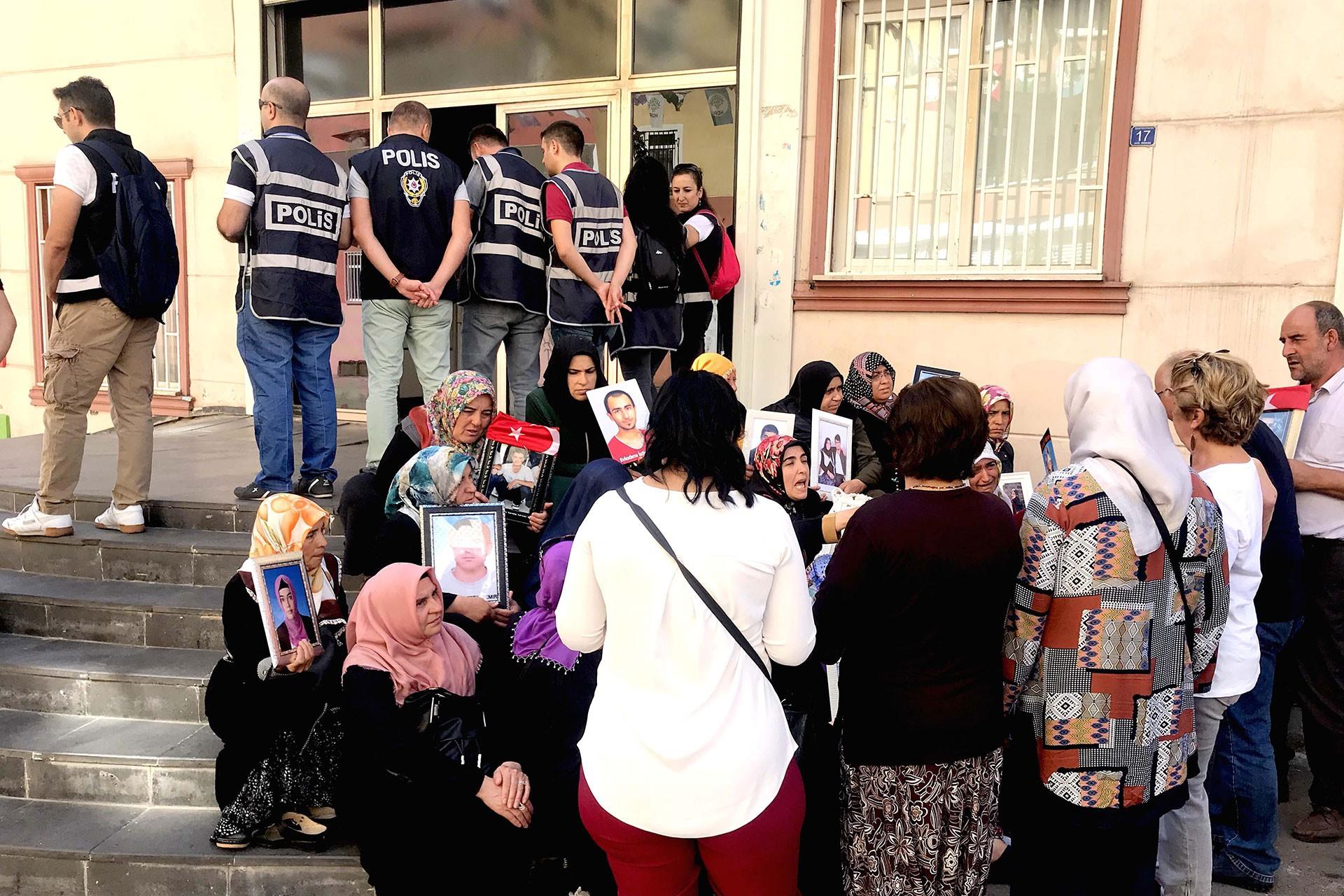 Diyarbakırlılar annelere seslendi: Barış için herkes elini taşın altına koymalı