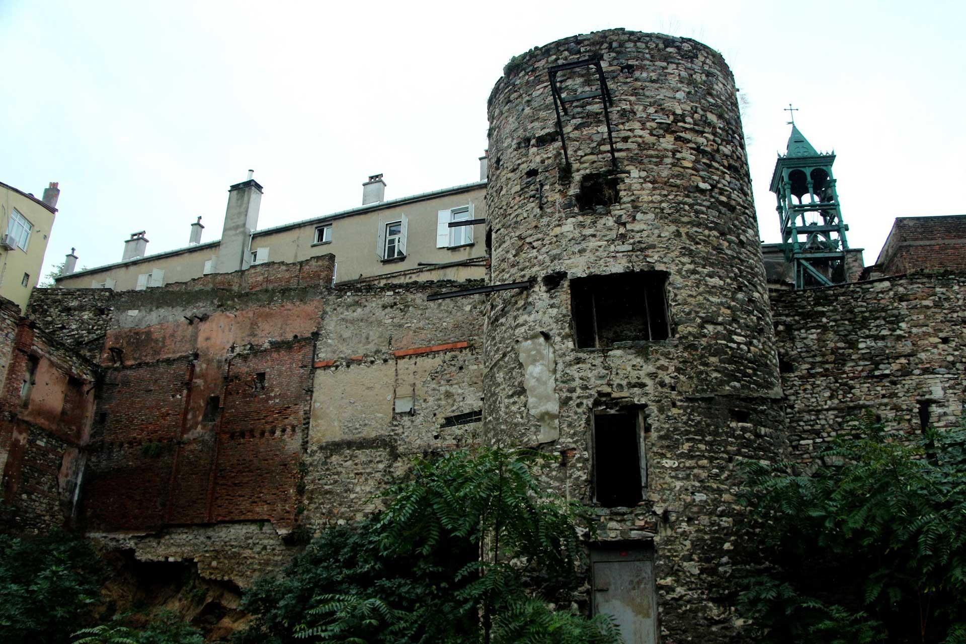 Galata Kulesi'nin devamındaki surlar bakımsızlıktan yıkılma tehlikesi altında
