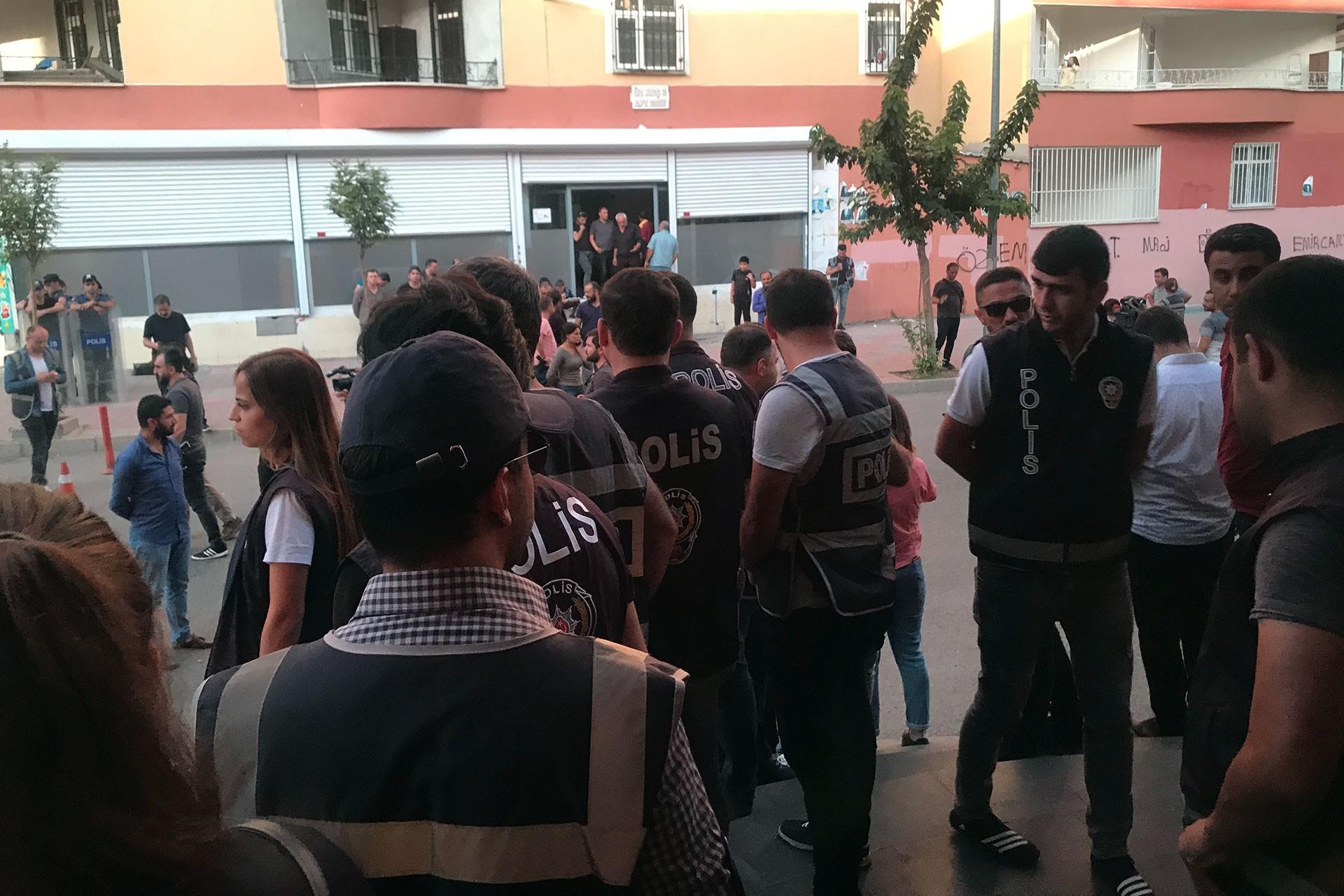 Fırat'ın doğusuna operasyon başlayınca aileler, HDP Diyarbakır il binasına saldırdı