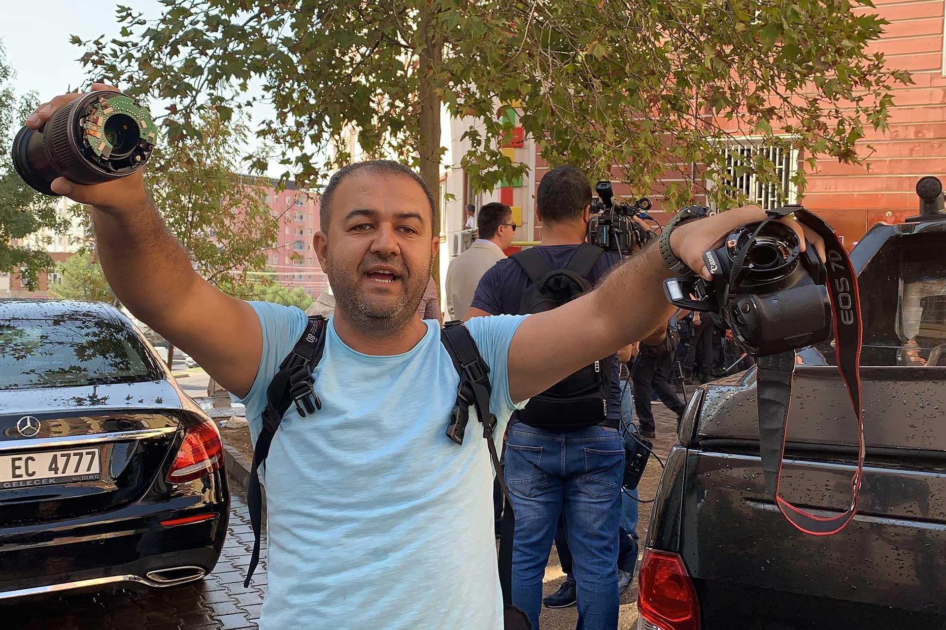 Diyarbakır'daki polis saldırısnda polis çok sayıda kişiyi darbederek gözaltına aldı. Fotoğraf: Deniz İke